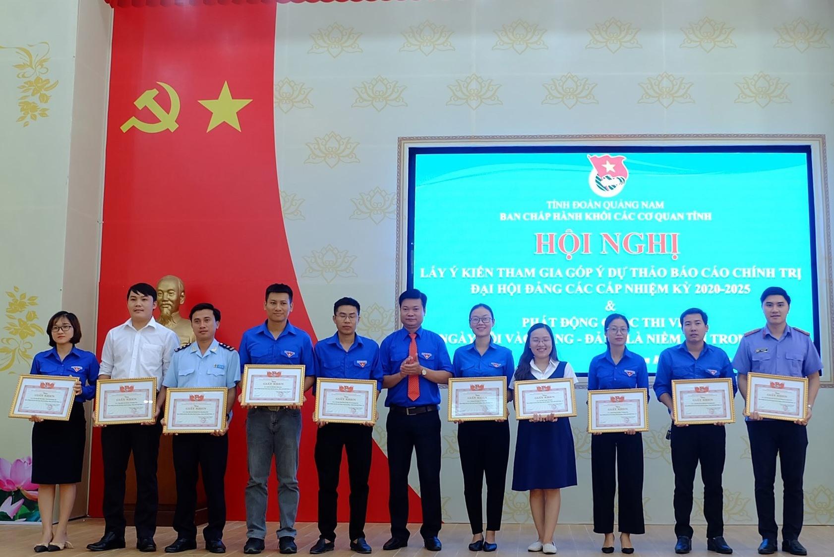 Khen thưởng 10 tập thể tiêu biểu trong công tác phòng, chống dịch Covid-19. Ảnh: M.L