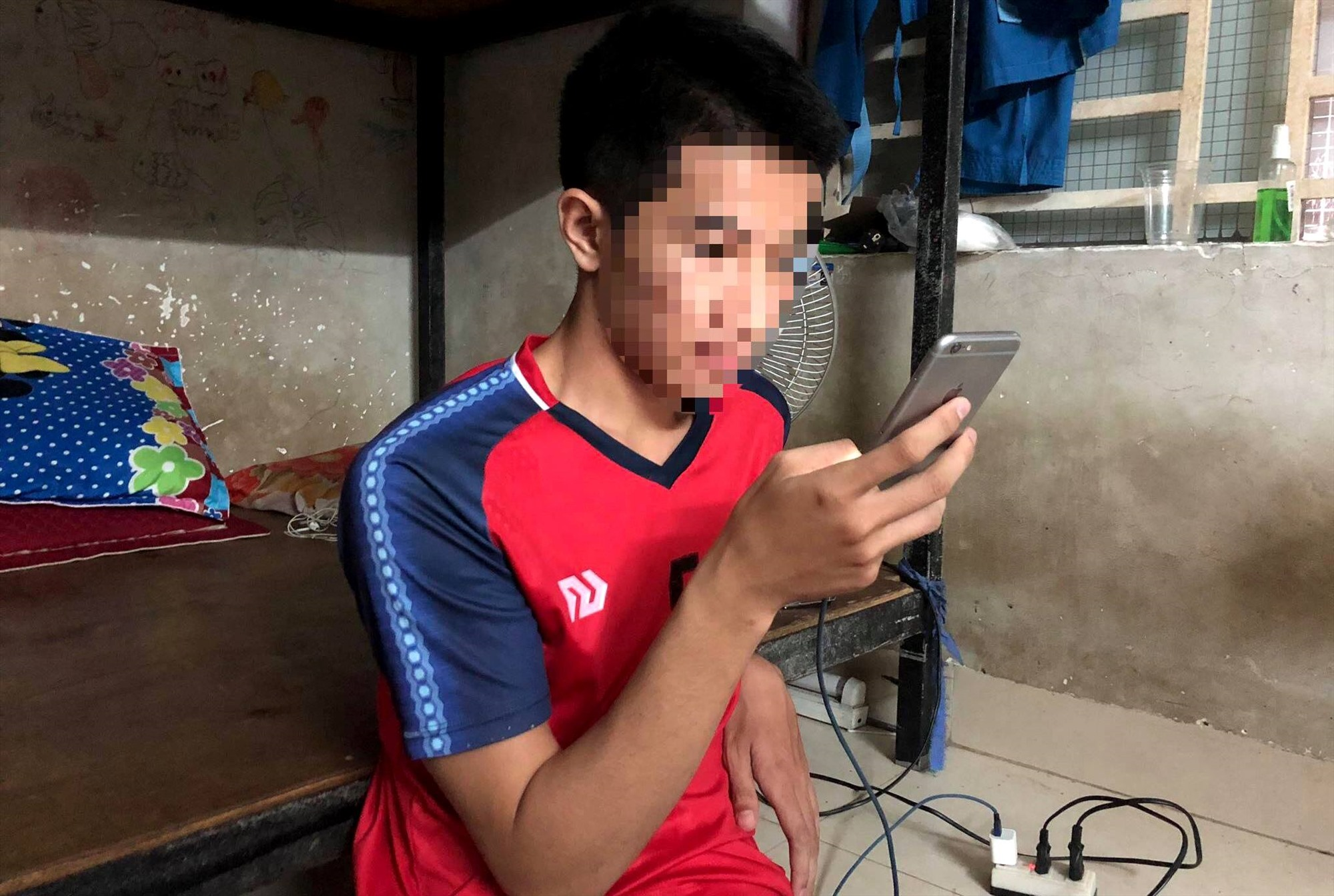 Dù biết hiểm họa, nhưng nhiều bạn trẻ vẫn bất chấp cảnh báo, vô tư vừa sử dụng điện thoại vừa cắm sạc pin. Ảnh: THANH VY