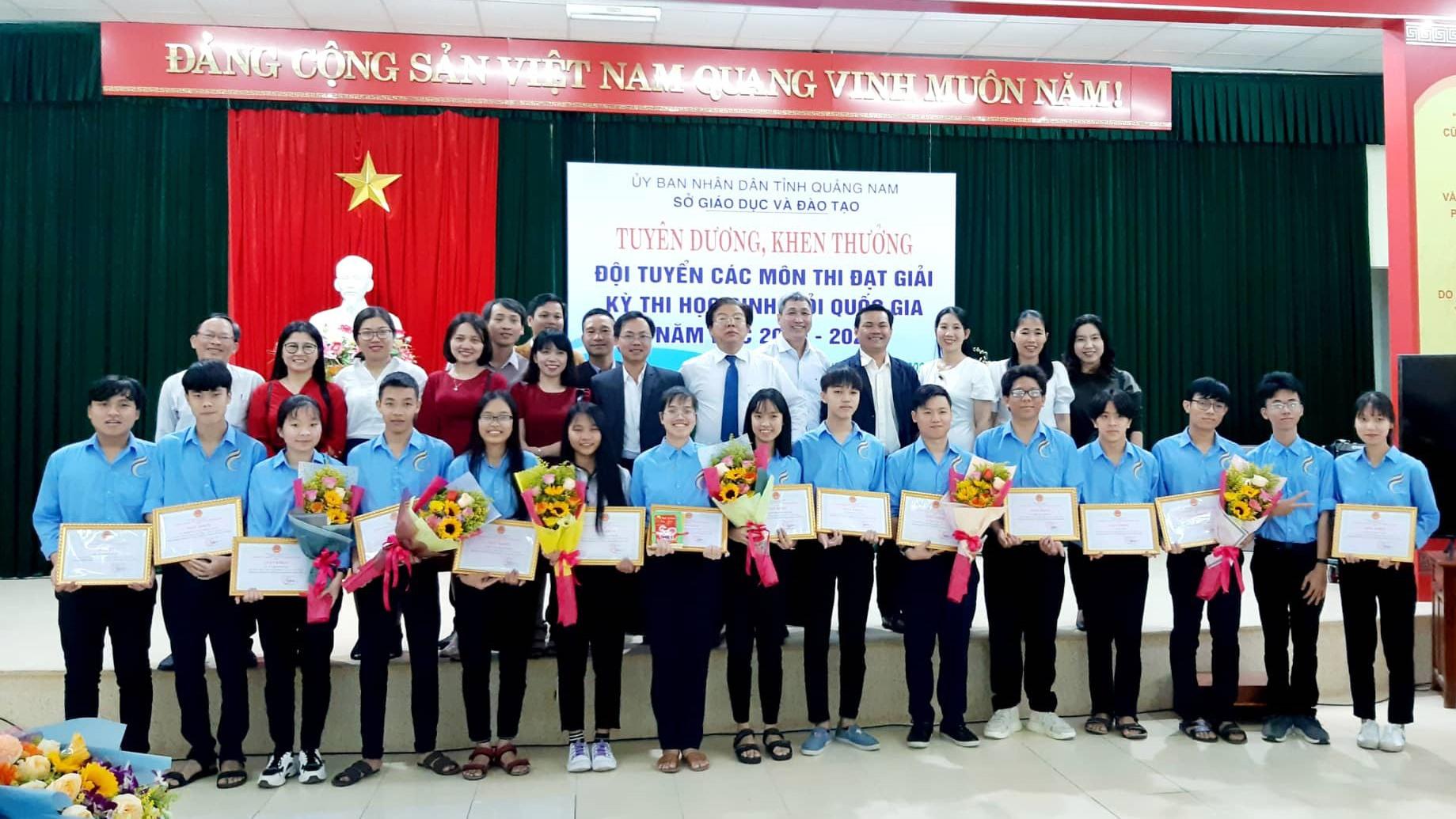 Sở GD-ĐT tuyên dương HS Trường THPT chuyên Lê Thánh Tông (Hội An) đoạt giải tại kỳ thi HS giỏi quốc gia năm học 2019 - 2020. Ảnh: T.THẮNG