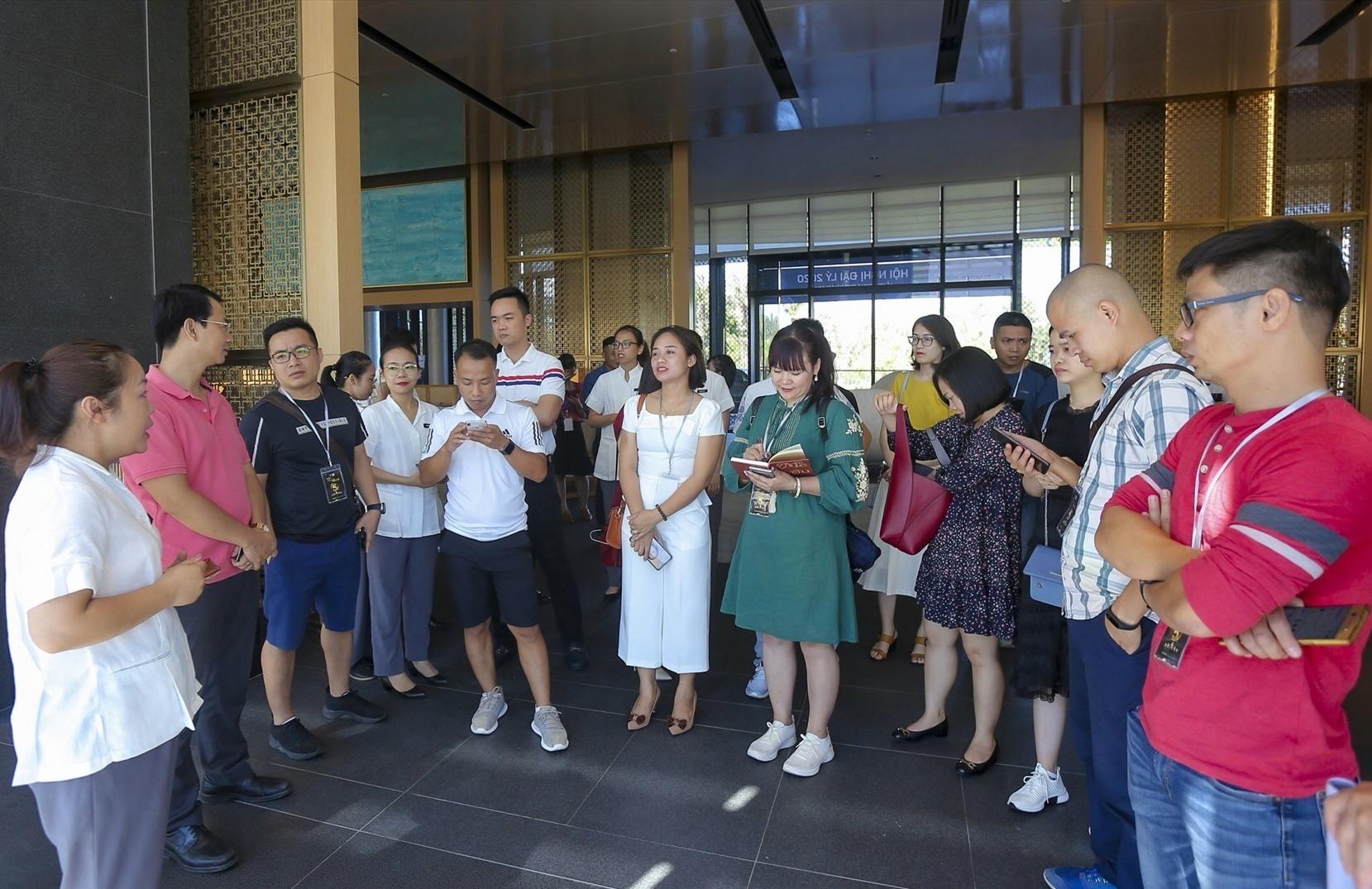 Các doanh nghiệp khảo sát dịch vụ tại một khách sạn 5 sao ở Quảng Nam.