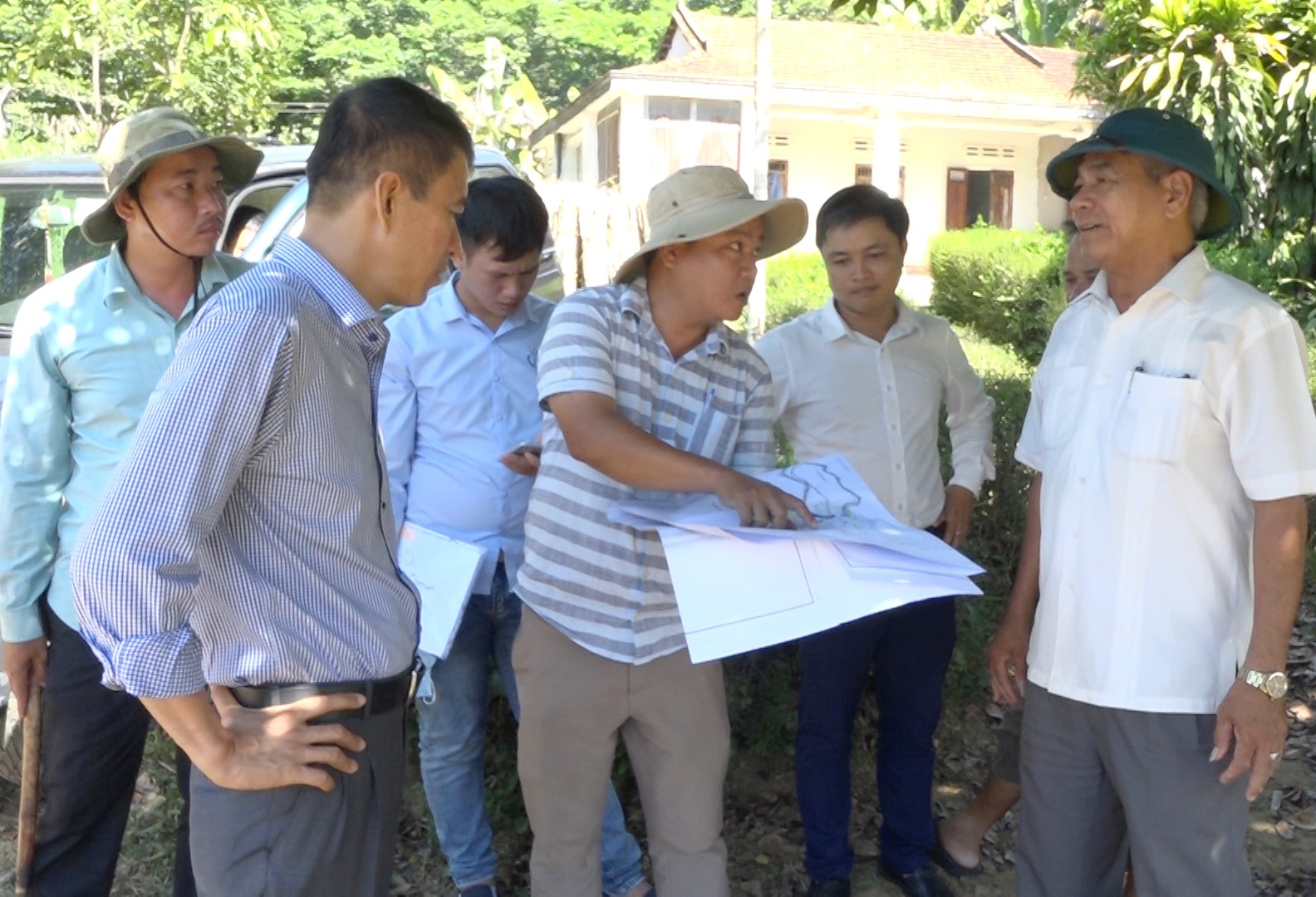 Lãnh đạo huyện Thăng Bình và Ban quản lý Dự án đầu tư xây dựng các công trình NN&PTNT tỉnh xác định vị trí để khởi công dự án hồ chứa nước Hố Do. Ảnh: M.T