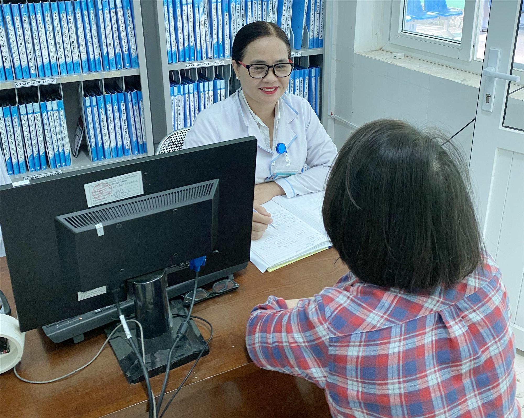 Tư vấn cho bệnh nhân HIV tại Khoa Phòng chống HIV/AIDS, Trung tâm CDC Quảng Nam.Ảnh: P.H
