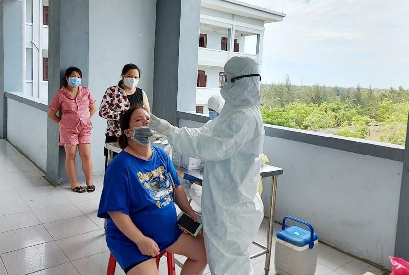 Các thai phụ trở về từ Đài Loan được chăm sóc tại khu cách ly vào cuối tháng 3 vừa qua. Ảnh: H.V
