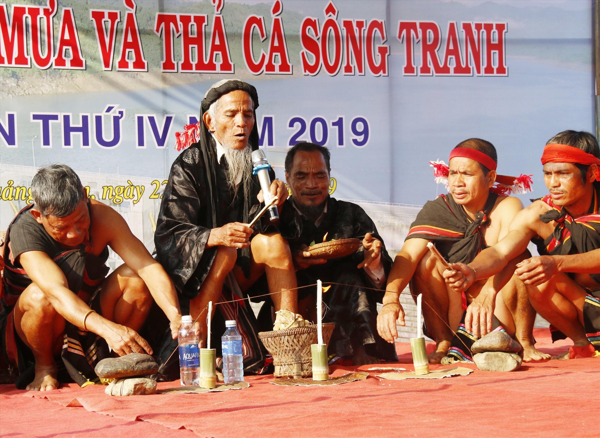 UBND huyện Bắc Trà My tổ chức tái hiện lại lễ hội cầu mưa truyền thống tại lễ thả cá trên lòng hồ thủy điện Sông Tranh 2 đầu năm 2018. Ảnh: N.Đ