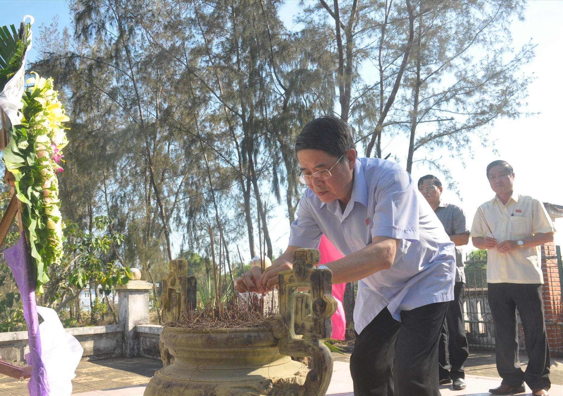 Sáng cùng ngày, các đại biểu Nguyễn Đức Hải và Phan Thái Bình đến dâng hoa, viếng hương mộ cụ Phan Bá Phiến (xã Tam Tiến). Ảnh: N.Đ
