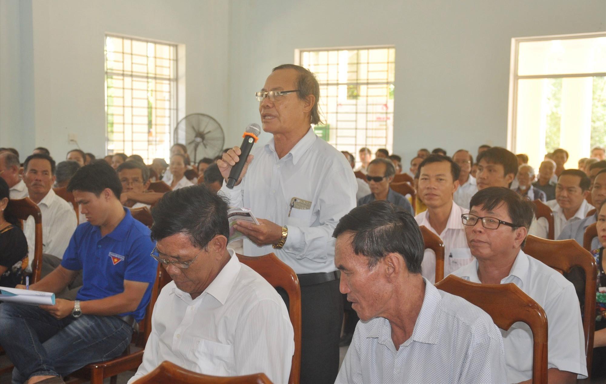 Cử tri Nguyễn Kim Tuyến (thôn Hòa Lộc, xã Tam Tiến) phát biểu tại buổi tiếp xúc cử tri. Ảnh: N.Đ