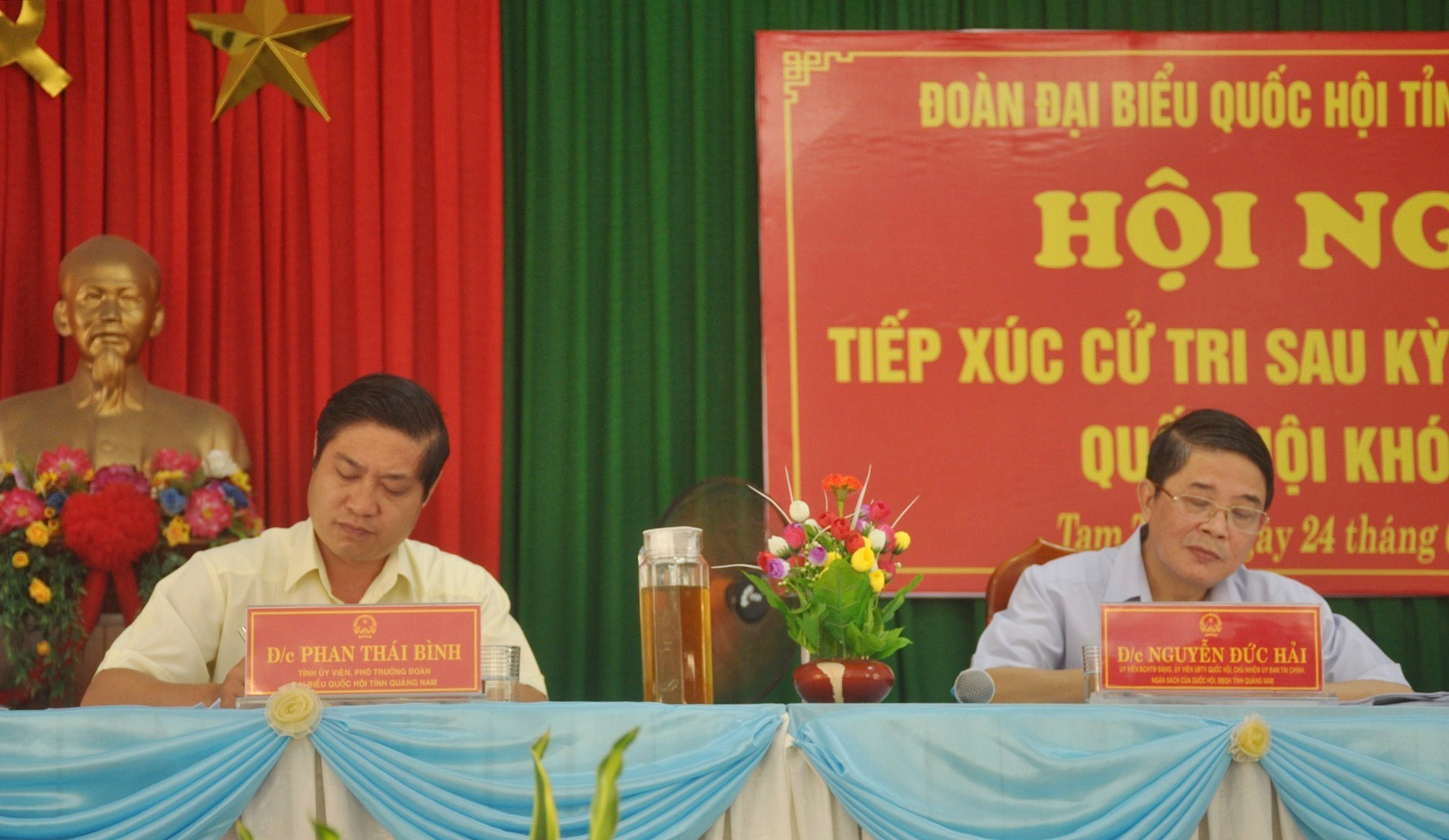 Các đại biểu Nguyễn Đức Hải và Phan Thái Bình tiếp xúc cử tri xã Tam Tiến (Núi Thành) sáng 24.6. Ảnh: N.Đ