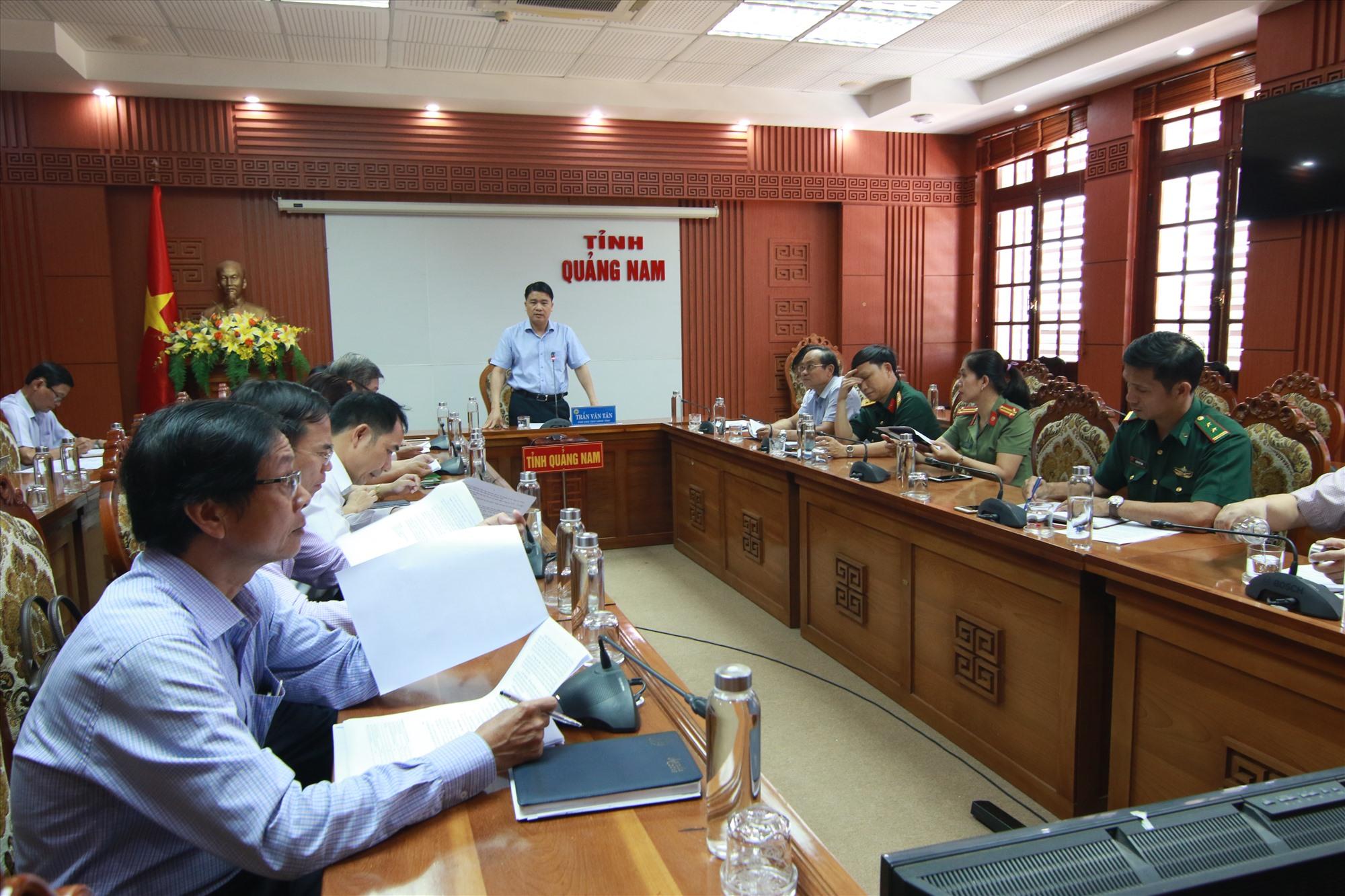 Phó Chủ tịch UBND tỉnh Trần Văn Tân khẳng định, phải song hành nhiệm vụ phát triển sản xuất kinh doanh với phòng chống dịch bệnh. Ảnh: T.C