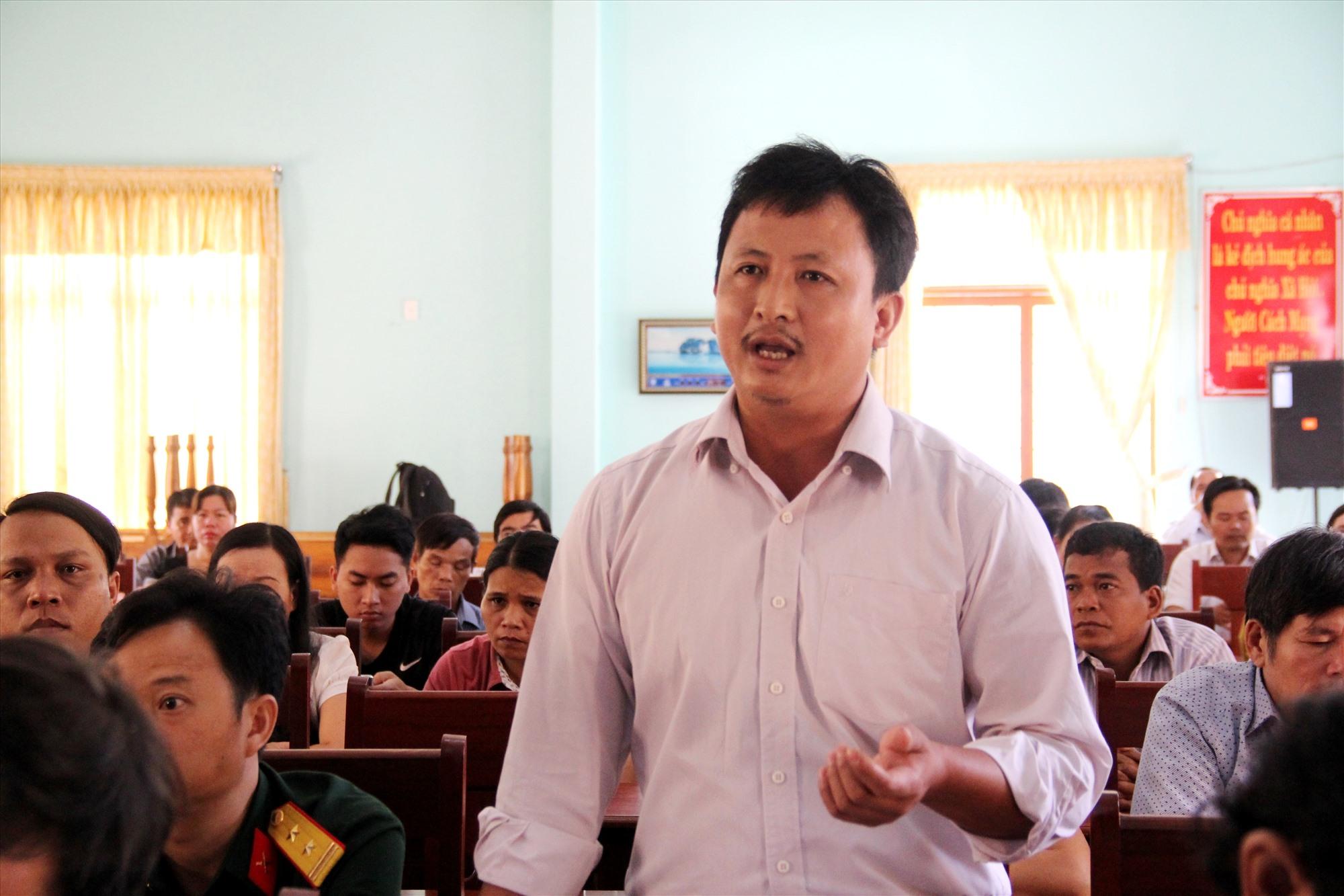 Cử tri Bùi Đức Ngọc - Phó Bí thư Đảng ủy thị trấn P'rao phát biểu ý kiến với ĐBQH. Ảnh: A.N