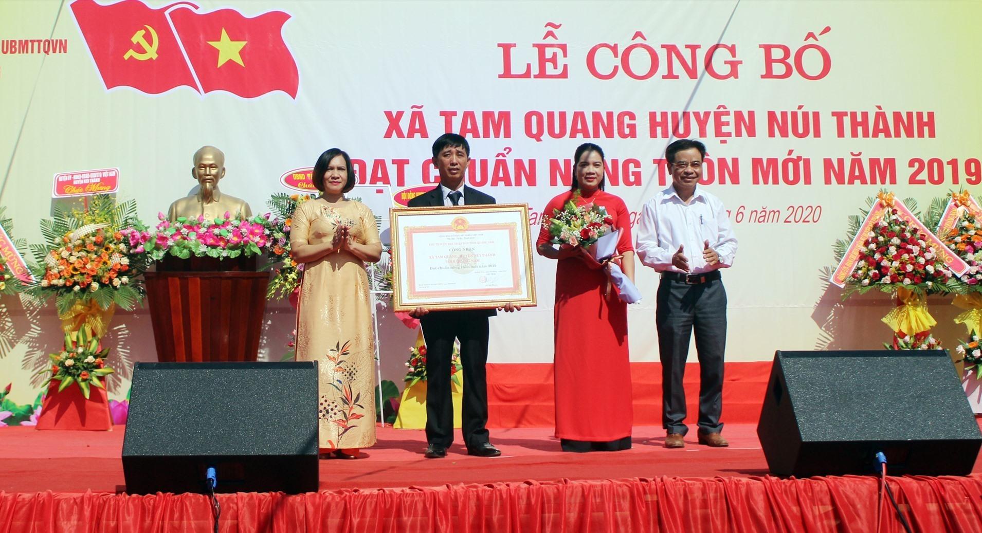 Trao Bằng công nhận xã Tam Quang đạt chuẩn NTM. Ảnh: VĂN PHIN