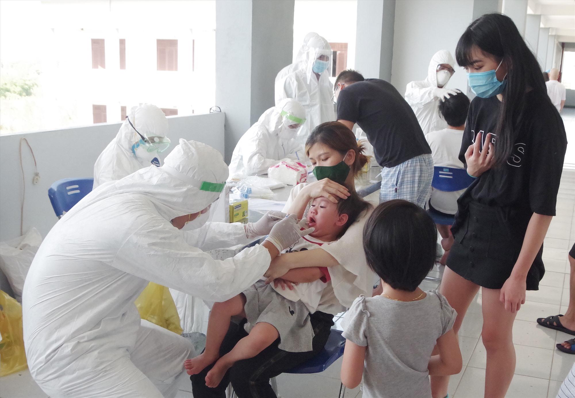 Tỏng số 346 công dân Việt Nam từ Nhật Bản về nước có 14 trẻ em. Ảnh: THANH PHƯỚC