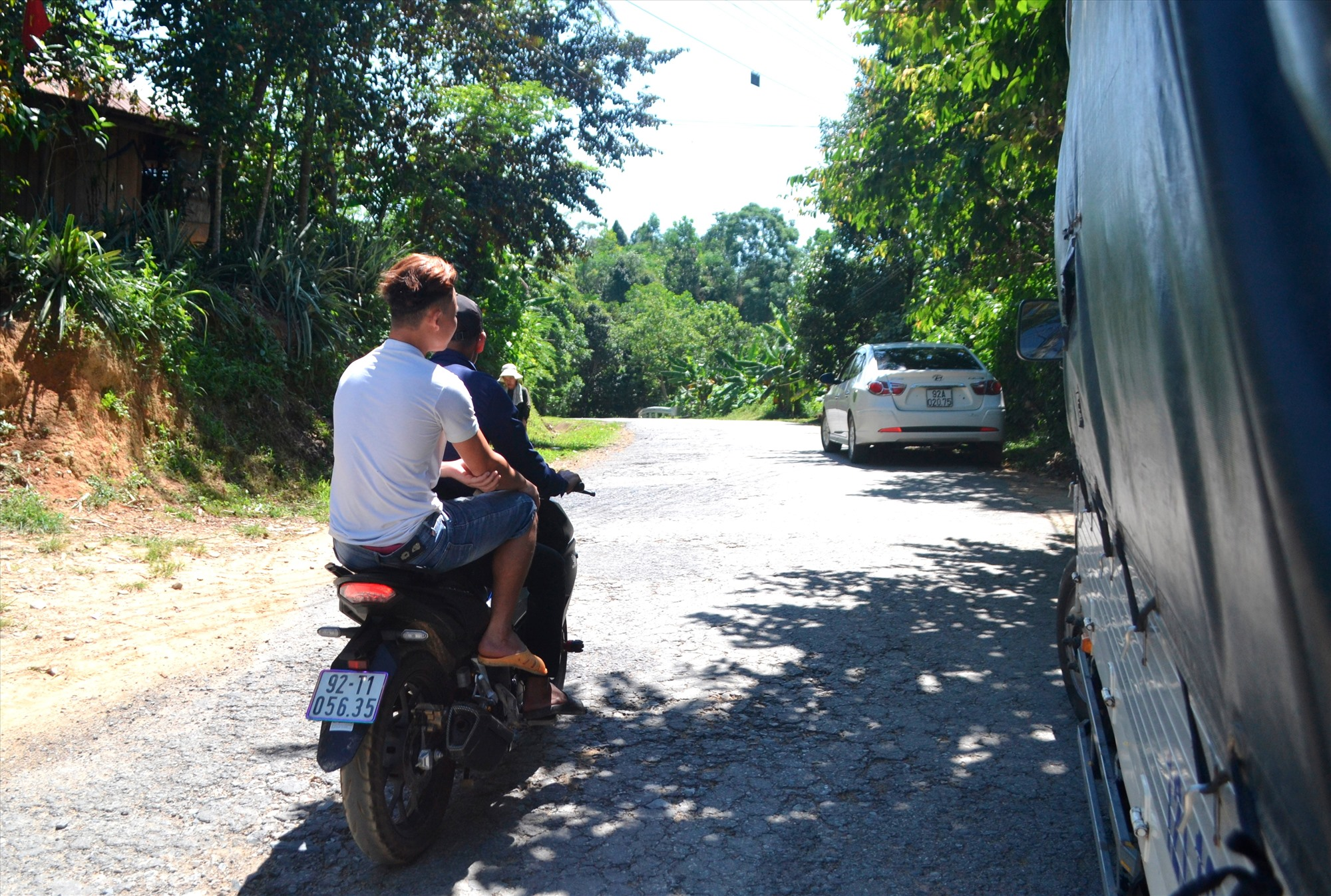 Thanh niên đi xe máy không đội mũ bảo hiểm trên quốc lộ 14G, đoạn qua xã Sông Kôn, Đông Giang. Ảnh: K.K