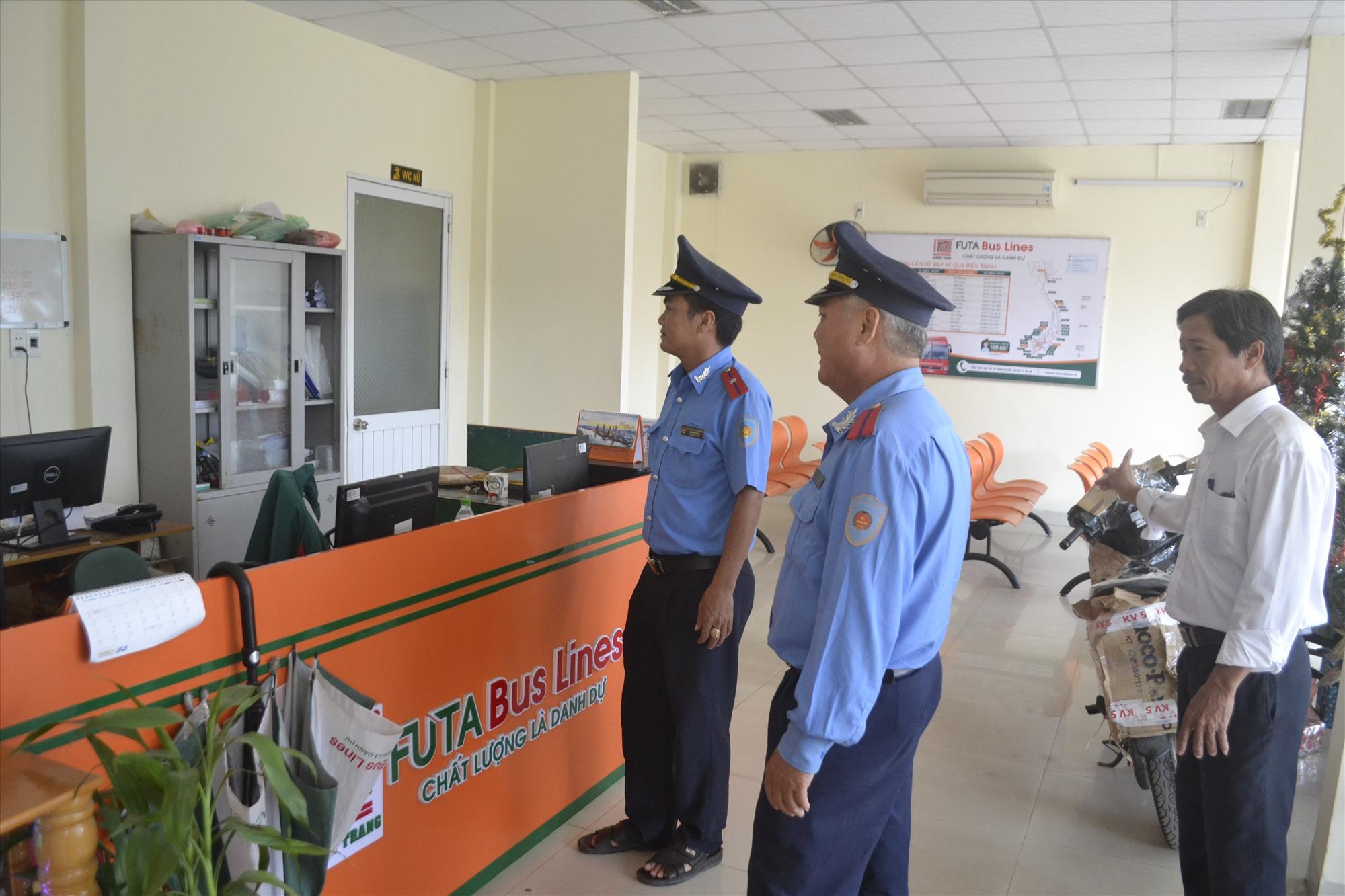 Thanh tra Sở GTVT kiểm tra phục vụ tết tại Bến xe khách Nam Phước. Ảnh: T.C.T