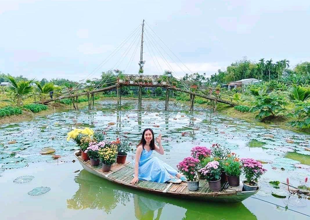 Du khách đến với khu vườn sinh thái của Hợp tác xã Hồ Lộc. Ảnh: T.N