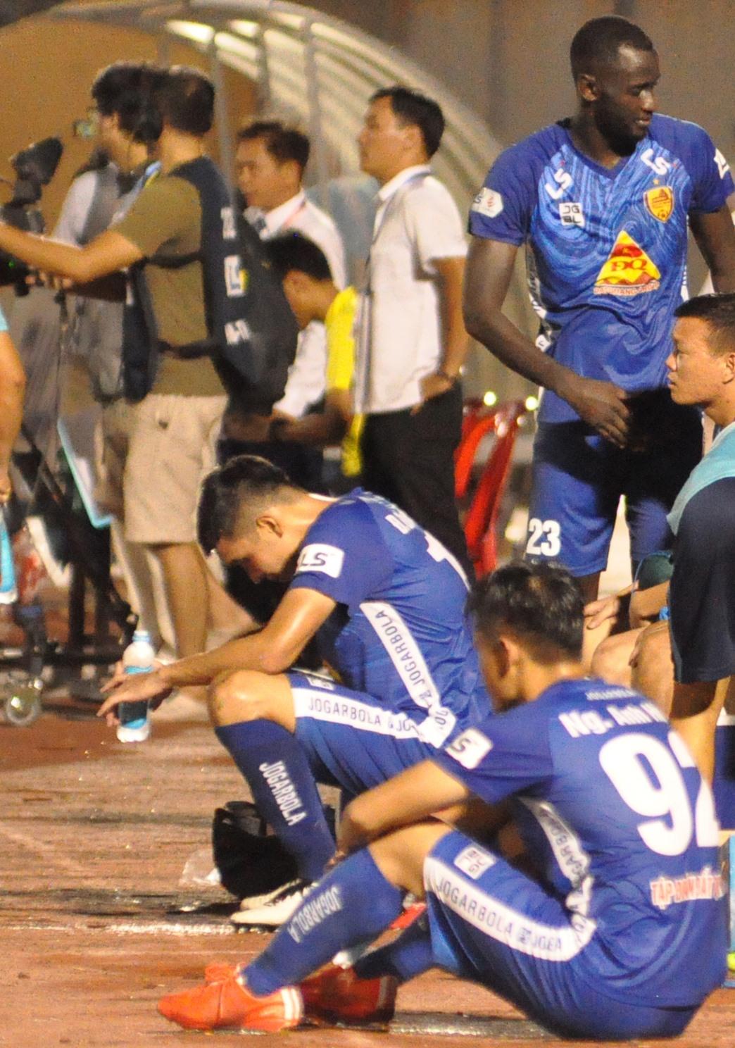Nỗi buồn của các cầu thủ Quảng Nam sau thất bại trước Becamex Bình Dương. Ảnh:A.N
