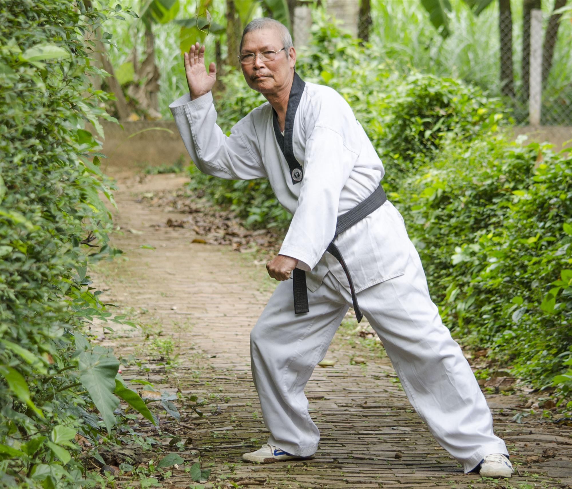 Võ sư Trần Thống chia sẻ vài đòn thế tránh né và tìm vũ khí đánh trả hổ. Ảnh: L.V.C