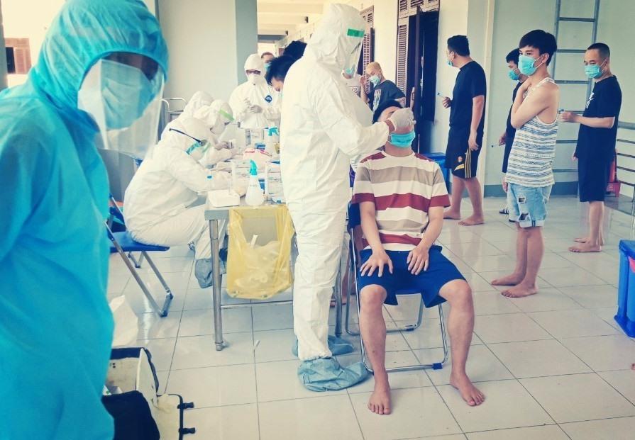 Lấy mẫu xét nghiệm công dân trở về từ Nhật Bản. Ảnh: Sở Y tế cung cấp.