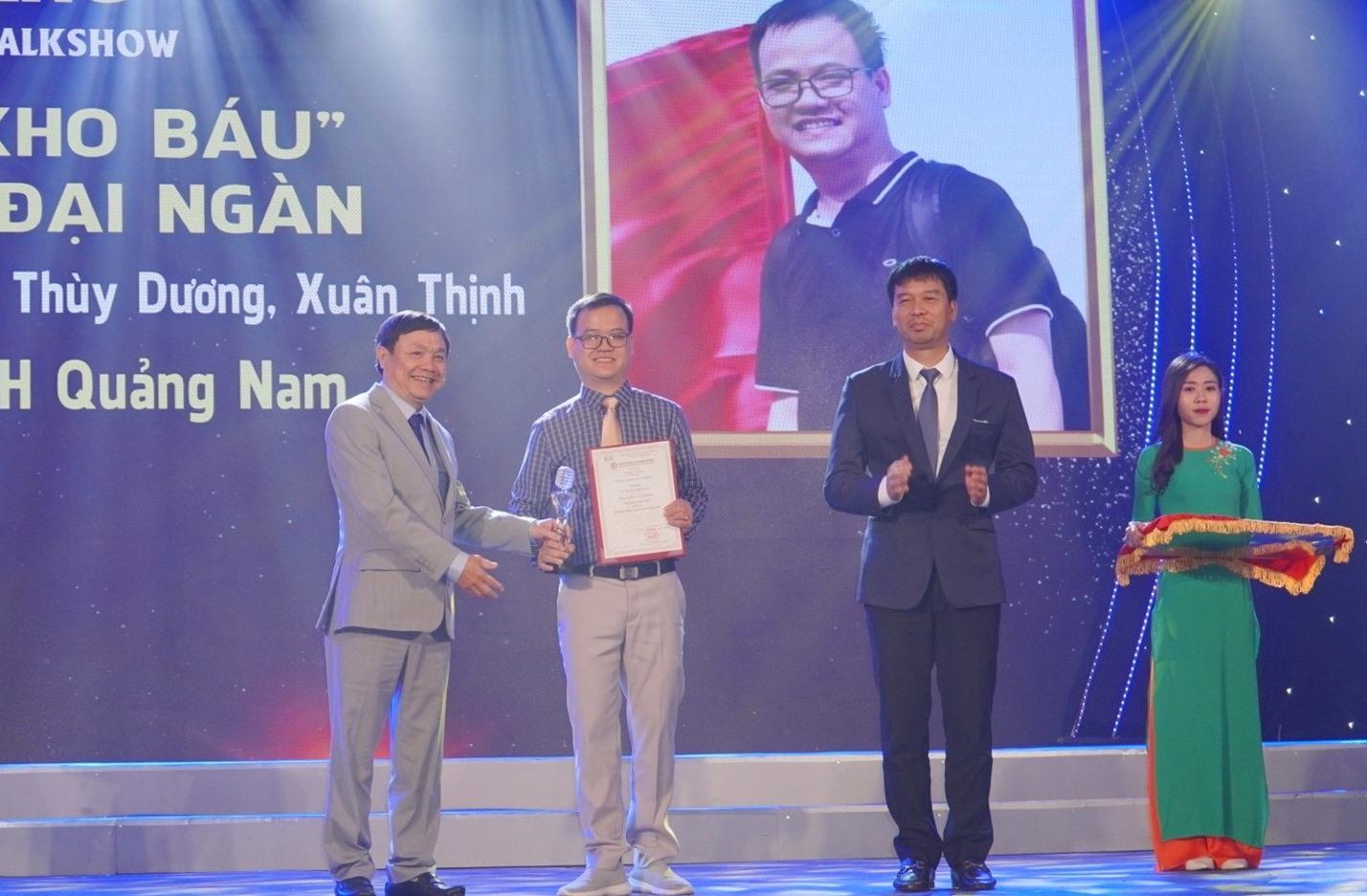 Phóng viên Long Phi đại diện nhóm tác giả Đài PT-TH Quảng Nam nhận giải Vàng tại liên hoan.
