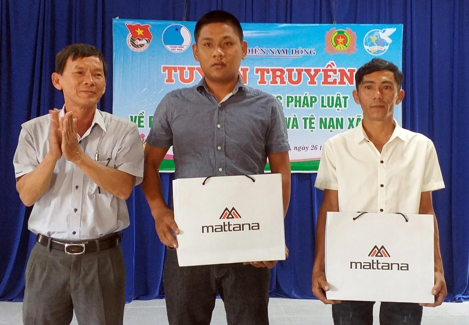 Anh Đinh Quốc Tuấn (áo trắng, người đầu tiên bên phải sang) nhận quà của Chủ tịch UBND phường Diện Nam Đông vì những đóng góp cho xã hội trong công tác tuyên truyền về ma túy và tái hòa nhập cộng đồng.