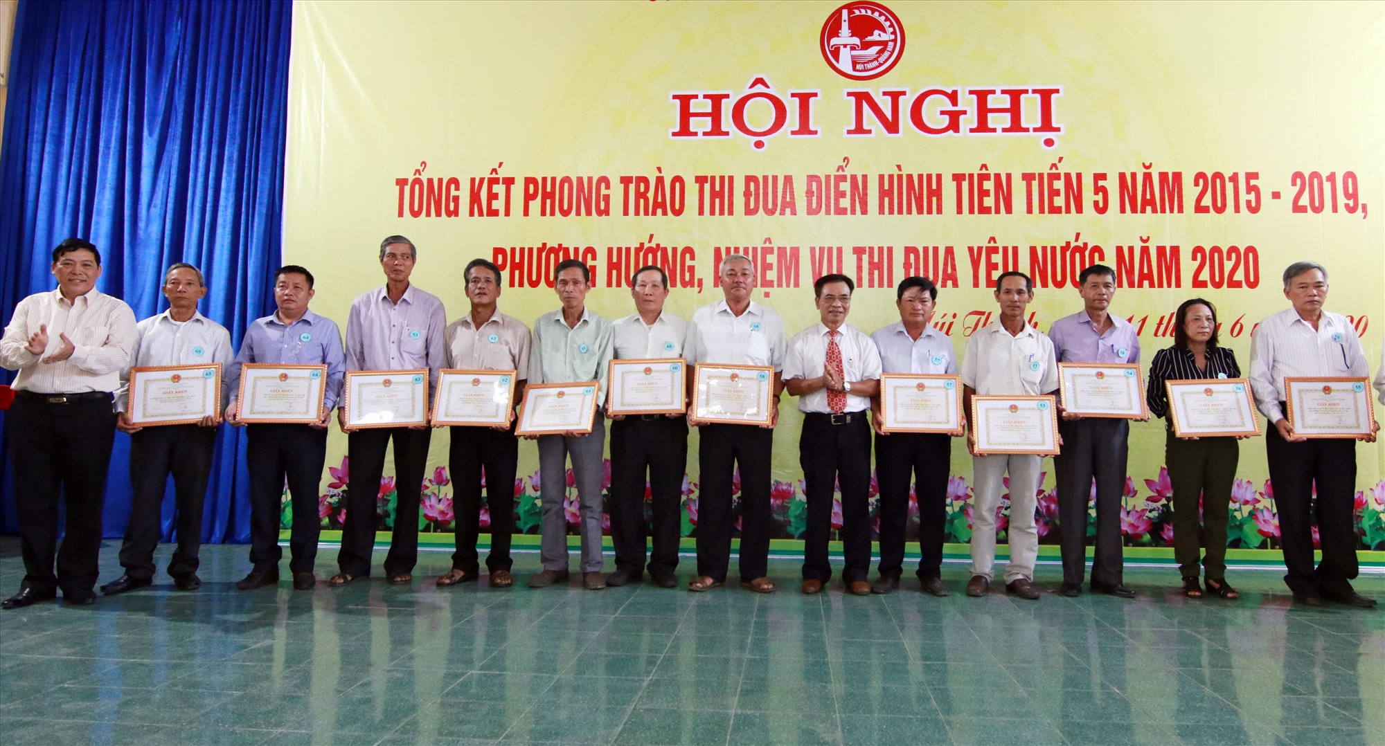 Lãnh đạo huyện Núi Thành tuyên dương các tập thể, cá nhân có thành tích xuất sắc trong phong trào thi đua yêu nước giai đoạn 2015 - 2019. Ảnh: C.Đ