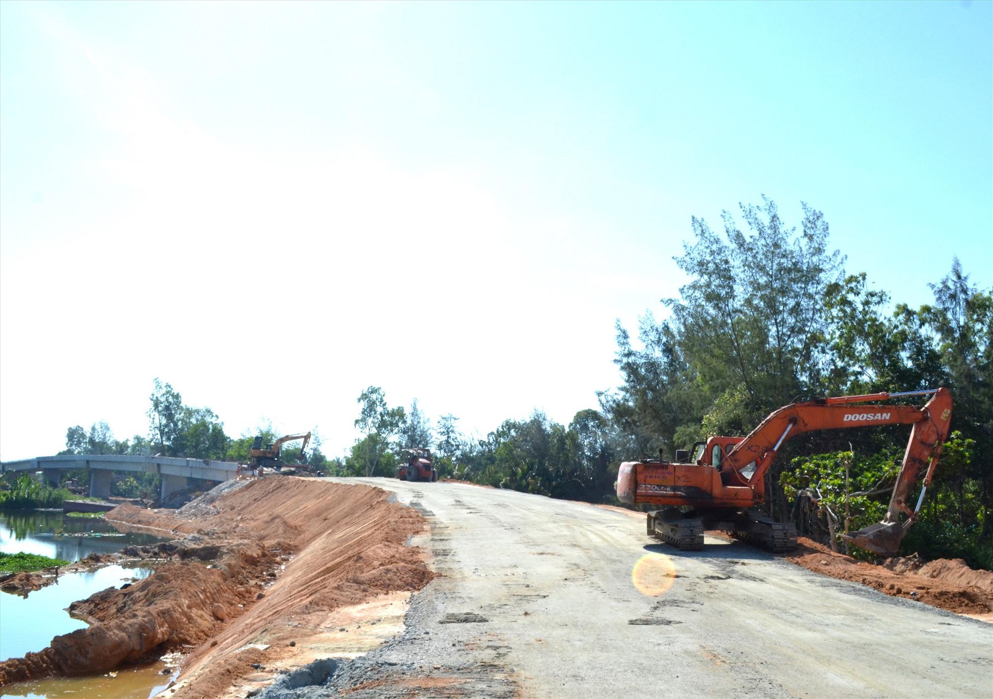 Cầu Bình Đào đang được thi công xây dựng. Ảnh: VIỆT NGUYỄN