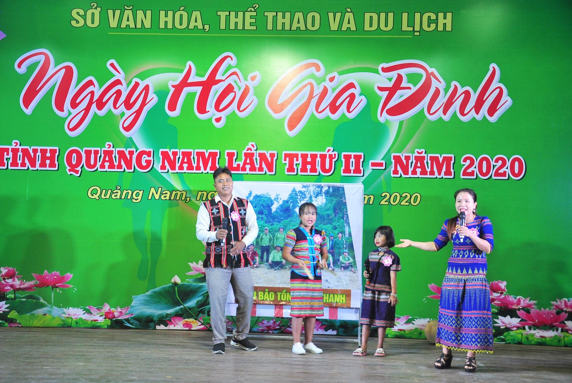 Phần thi văn nghệ của gia đình đến từ huyện Nam Giang tại Ngày hội Gia đình tỉnh Quảng Nam lần thứ II - năm 2020. Ảnh: VINH ANH