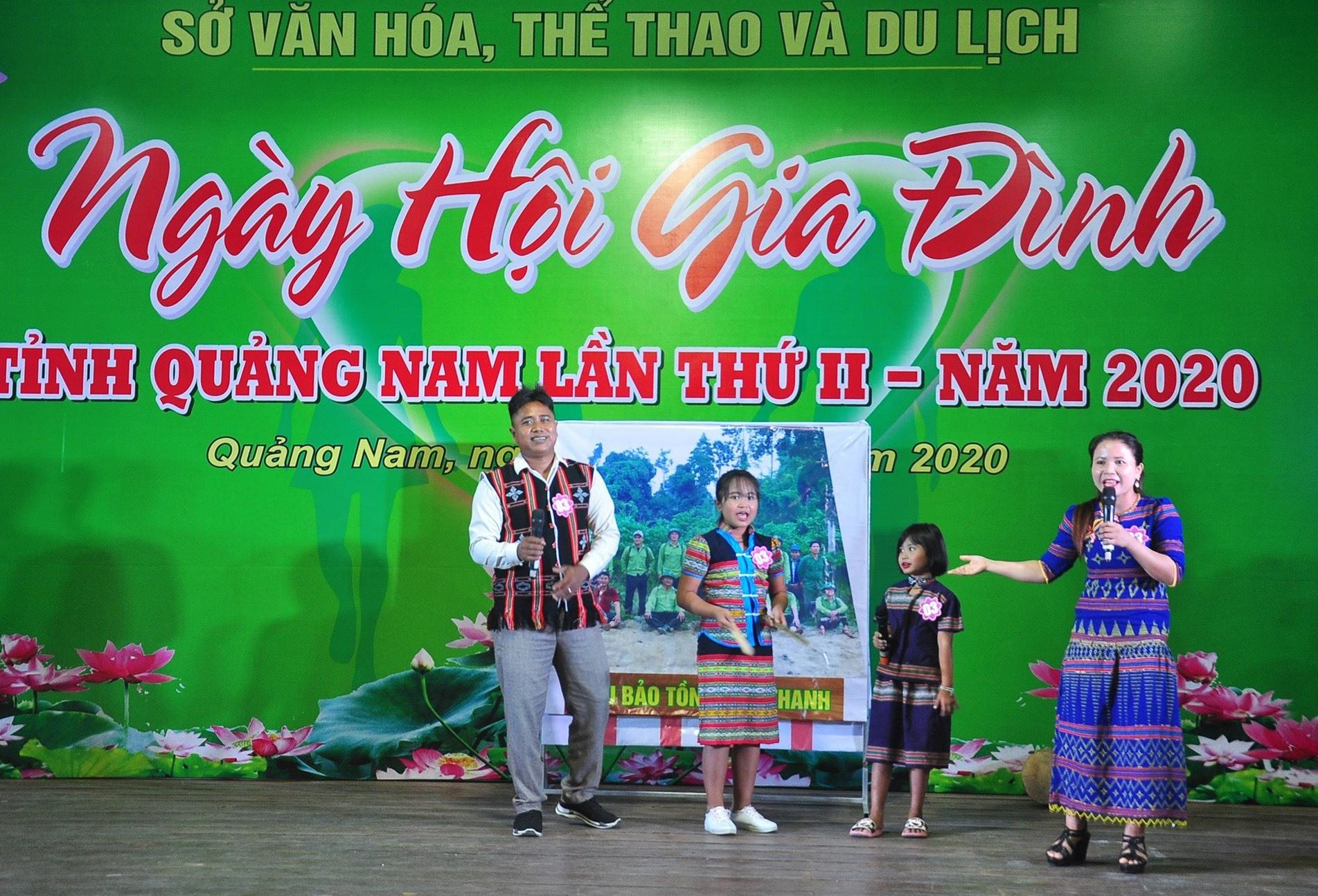 Gia đình anh Aviết Bưu đến từ huyện Nam Giang giành giải Nhất tại Ngày hội Gia đình Quảng Nam lần thứ II - năm 2020. Ảnh: VINH ANH