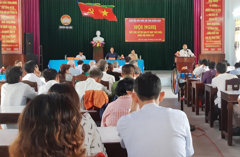 Lãnh đạo huyện Đại Lộc giải đáp một số khúc mắc, kiến nghị của cử tri. Ảnh: HOÀNG LIÊN