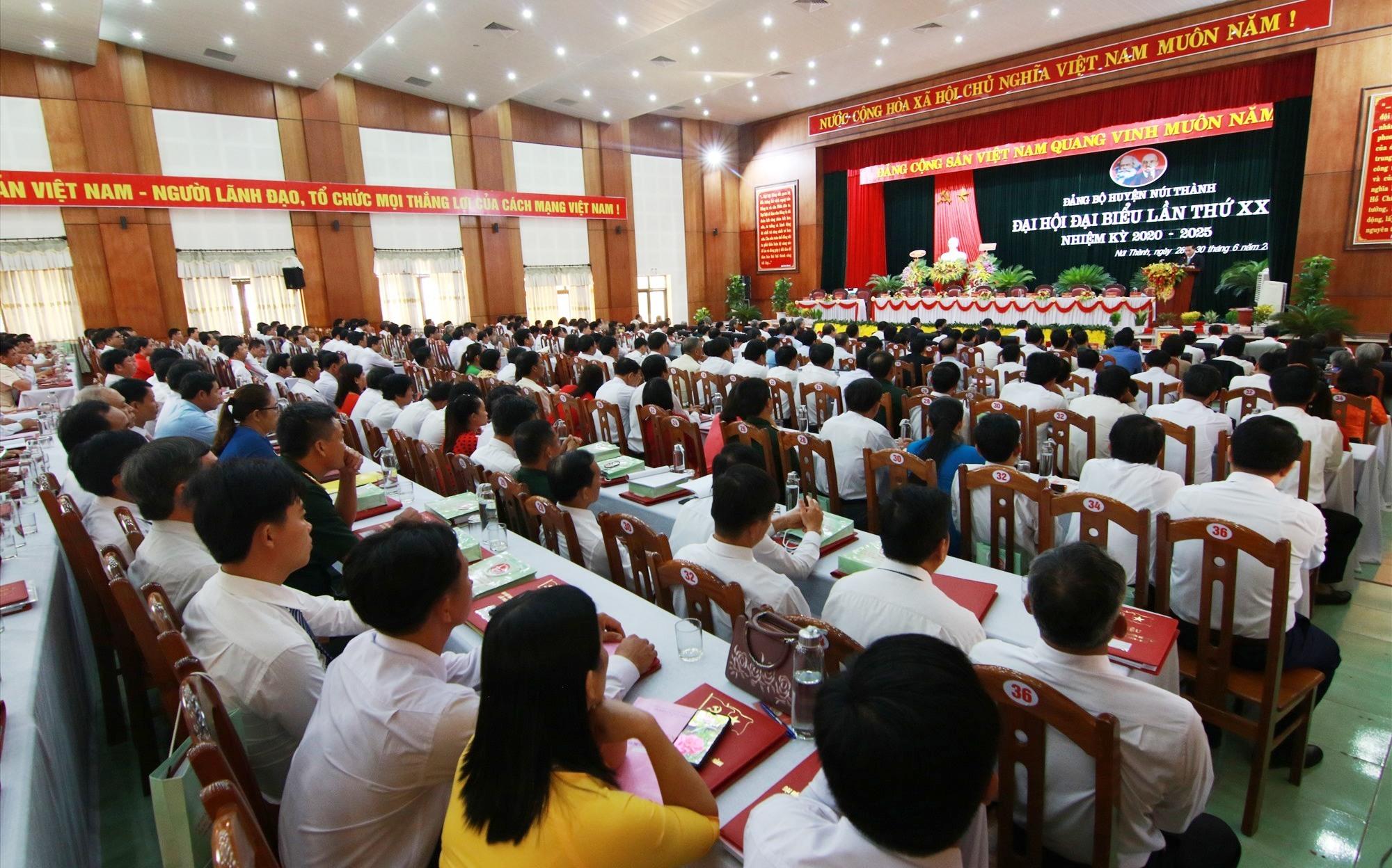 297 đại biểu đại diện cho hơn 5.000 Đảng viên huyện Núi Thành dự đại hội. Ảnh: T.C
