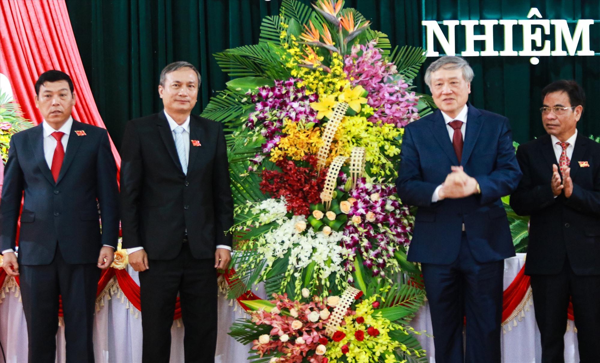 Bí thư Trung ương Đảng, Chánh án Tòa án nhân dân tối cao Nguyễn Hòa Bình tặng hoa chúc mừng, chúc đại hội