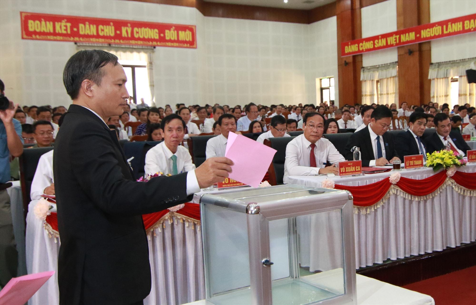 Trong phiên chính thức, các đại biểu đã bỏ phiếu bầu cử Ban chấp hành Đảng bộ huyện khóa mới. Ảnh: T.C