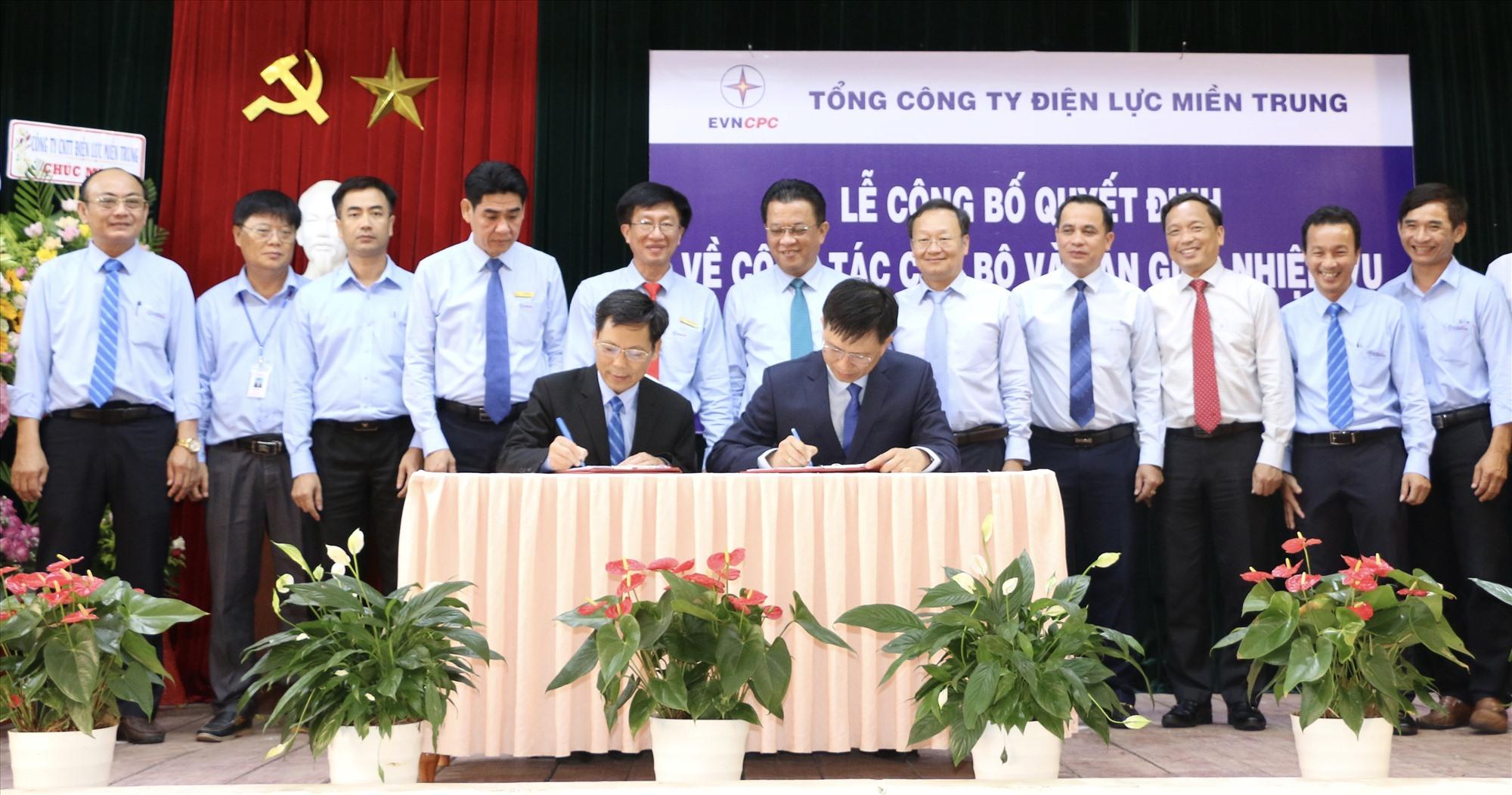 Ông Nguyễn Minh Tuấn (ngồi bên trái) và ông Nguyễn Hữu Khánh ký biên bản bàn giao.