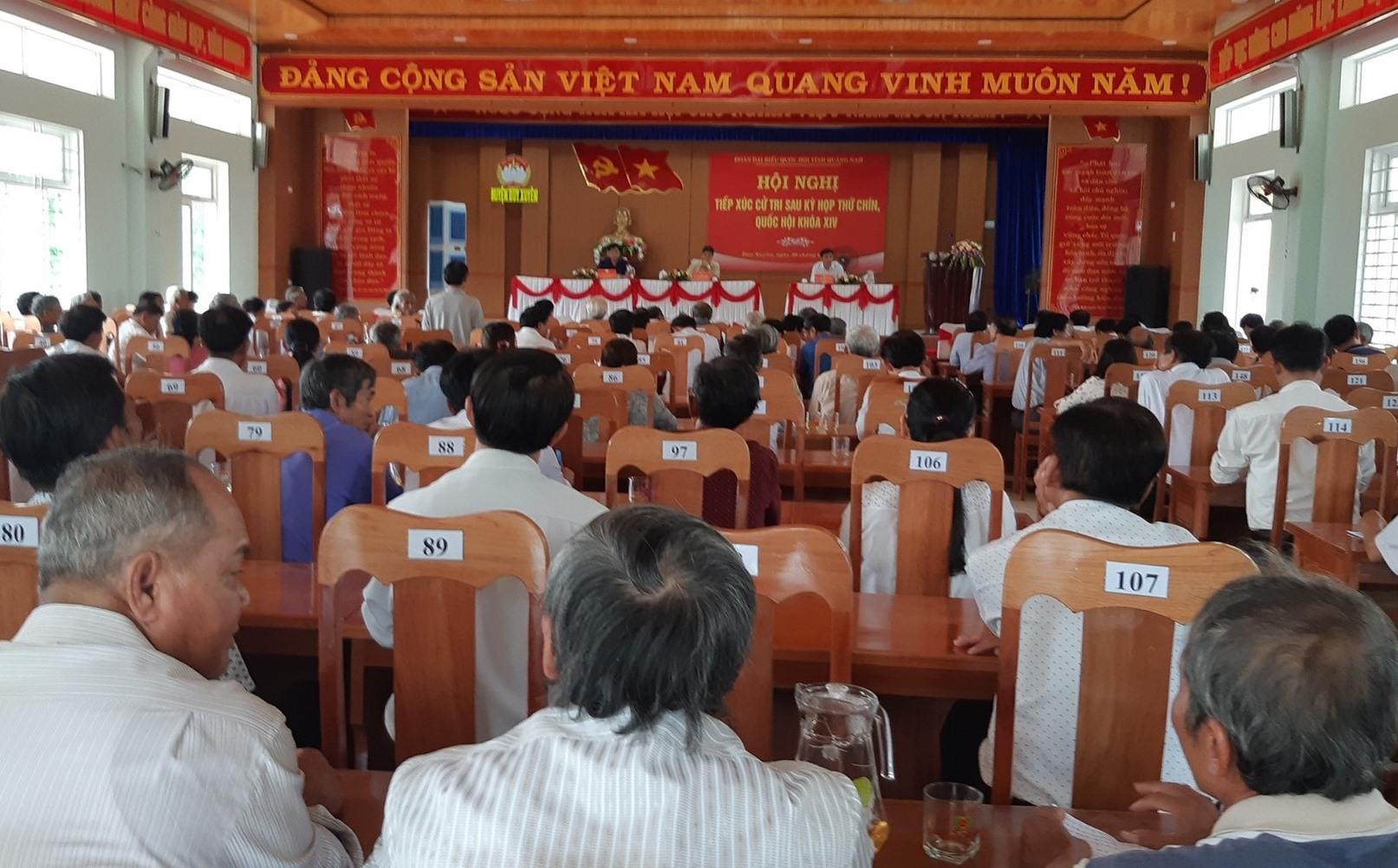 Đông đảo cử tri các xã vùng đông Duy Xuyên tham gia buổi tiếp xúc cử tri tại xã Duy Nghĩa. Ảnh: HOÀNG LIÊN