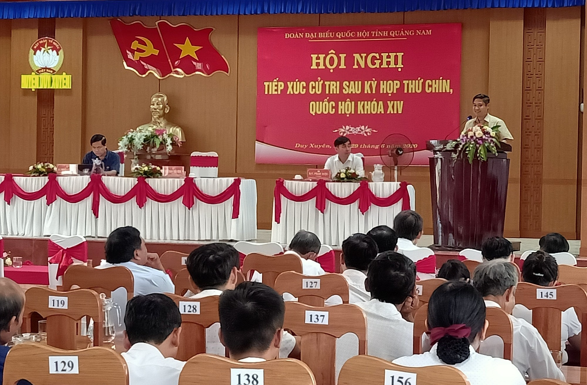 Ông Phan Thái Bình - Phó trưởng Đoàn ĐBQH tỉnh giải đáp một số thắc mắc, kiến nghị của cử tri. Ảnh: HOÀNG LIÊN