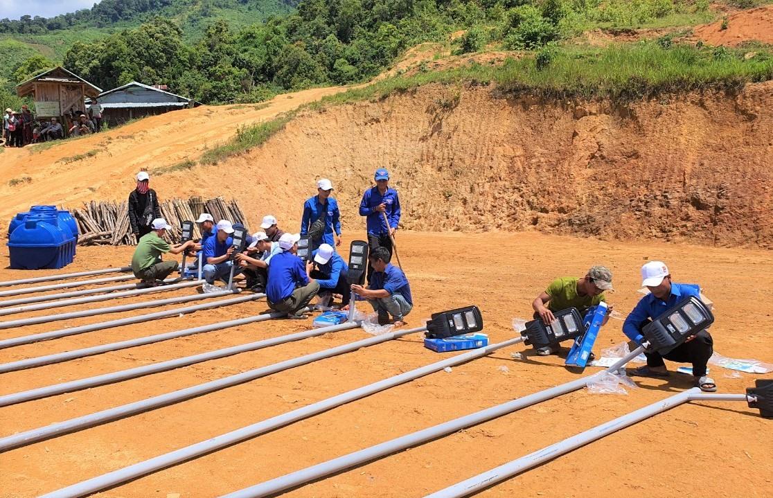 Đoàn tình nguyện lắp đặt đèn điện chiếu sáng bằng năng lượng mặt trời cho nhân dân nóc Tắk Rân (xã Trà Cang, Nam Trà My). Ảnh: THÀNH ĐẠT