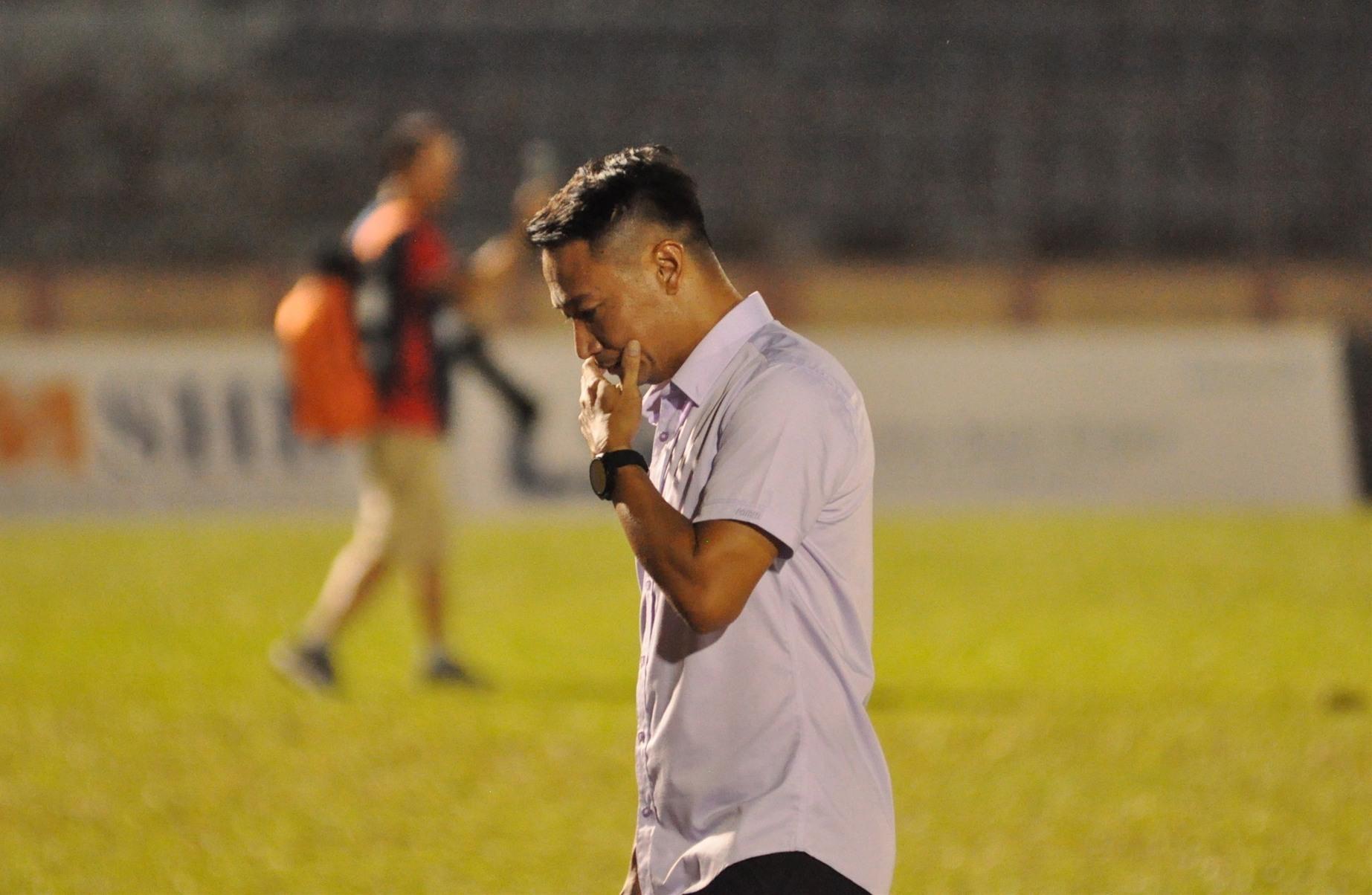 Nỗi buồn thua 4 trận liên tiếp của HLV Vũ Hồng Việt. Ảnh: T.V
