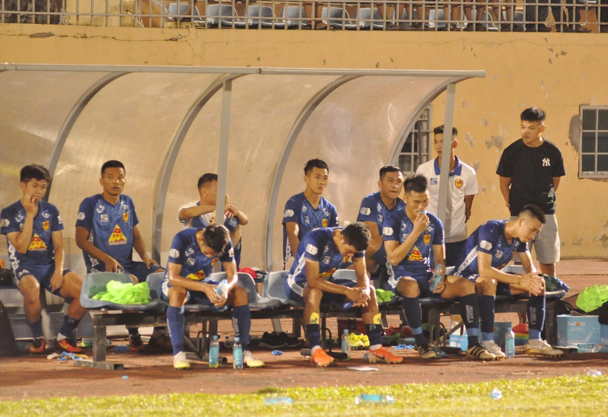 Các cầu thủ Quảng Nam bất động ở khu kỹ thuật khá lâu sau khi trận đấu kết thúc. Ảnh: T.v