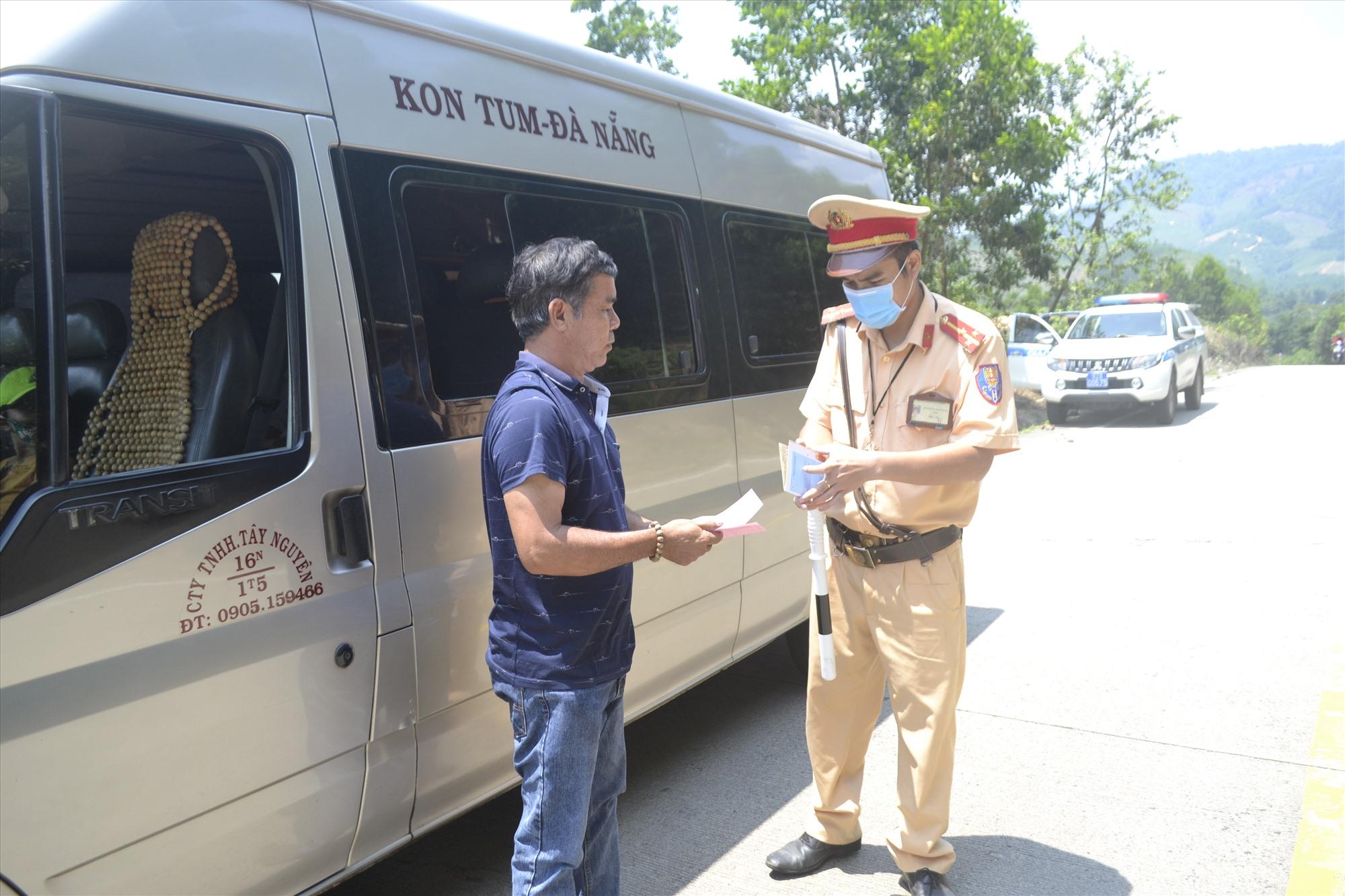 CSGT Công an tỉnh kiểm soát phương tiện xe khách trên đường Hồ Chí Minh qua địa bàn Phước Sơn. Ảnh: C.T