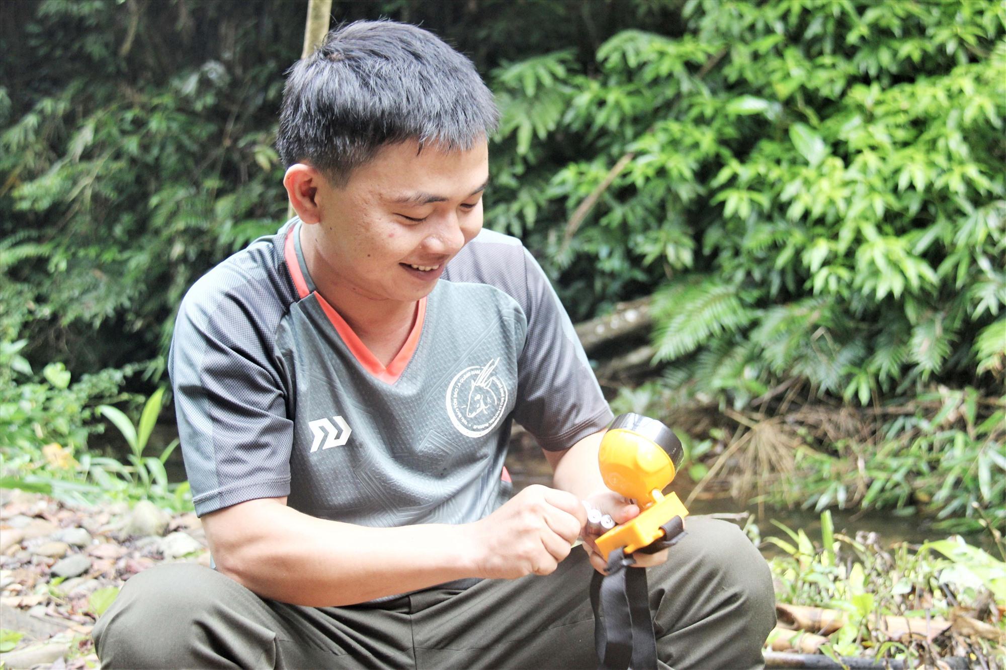 Nhân viên Ban Quản lý Khu bảo tồn loài Sao la Quảng Nam thay pin mới và giữ lại pin cũ mang về nộp lại cho văn phòng. Ảnh: HOÀI AN