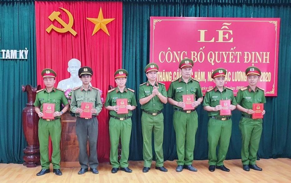 Có 72 cán bộ, chiến sĩ thuộc Công an TP.Tam kỲ được trao quyết định nâng cấp bậc hàm trong đợt này. Ảnh: N.T