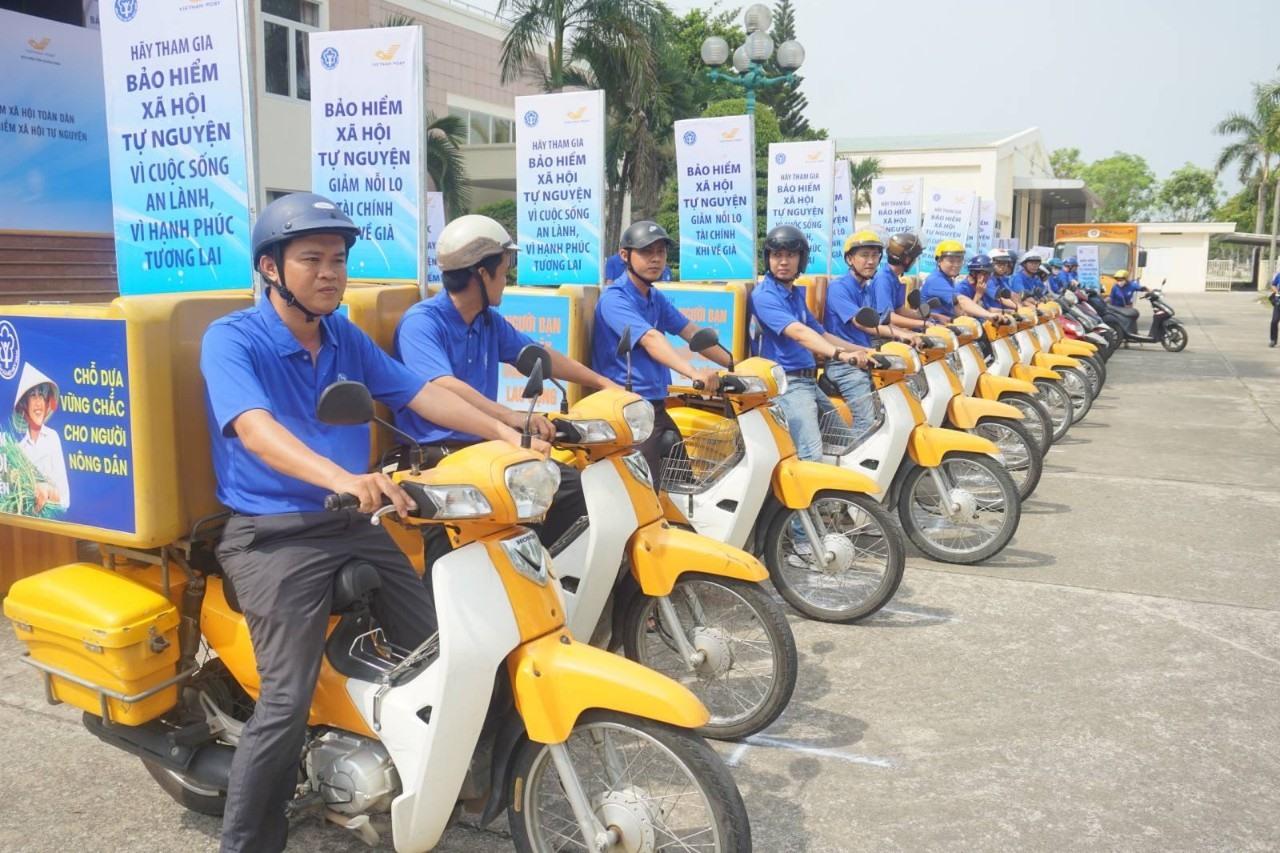 Ngành BHXH và Bưu điện ra quân tuyên truyền vận động người dân tham gia BHXH.