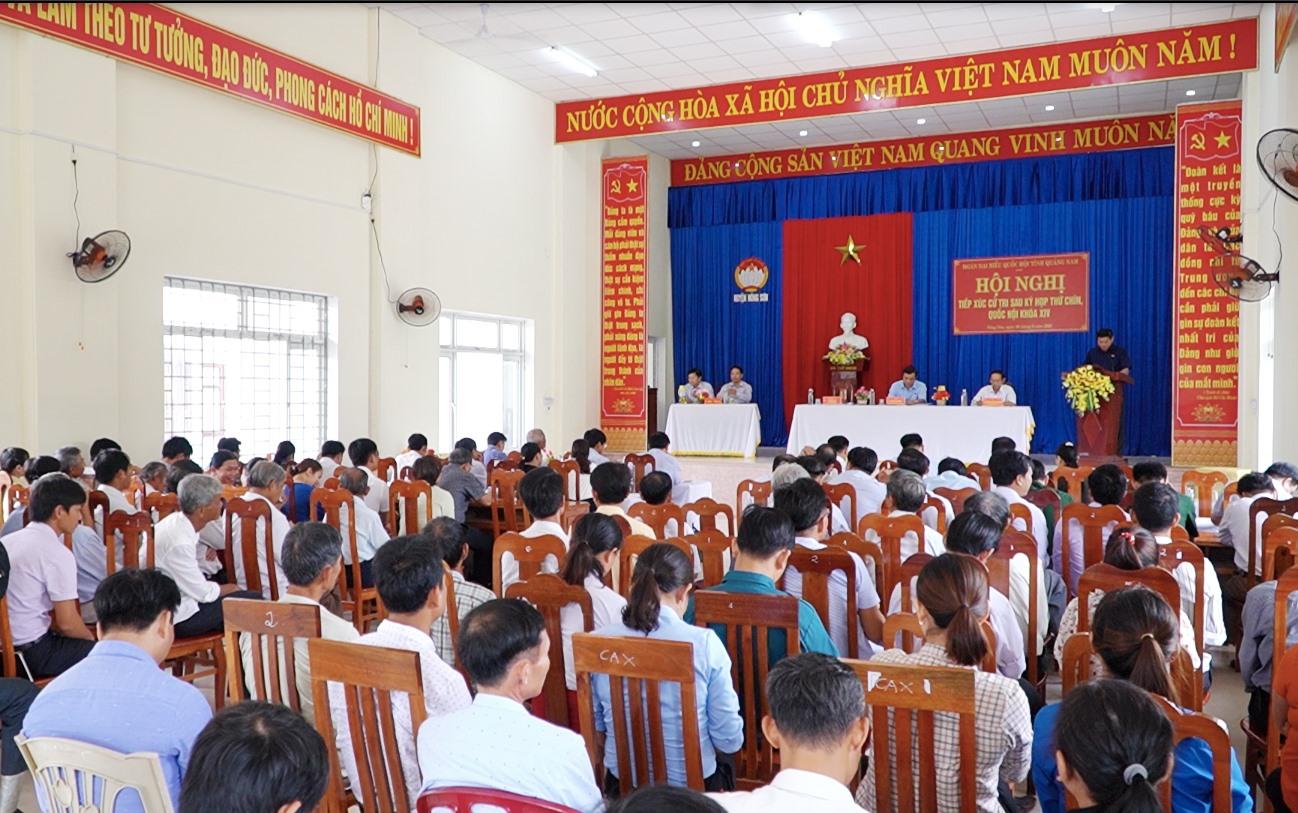 Quang cảnh hội nghị tiếp xúc cử tri sau kỳ họp thứ 9, Quốc hội khóa XIV tại Nông Sơn. Ảnh: PHAN VINH
