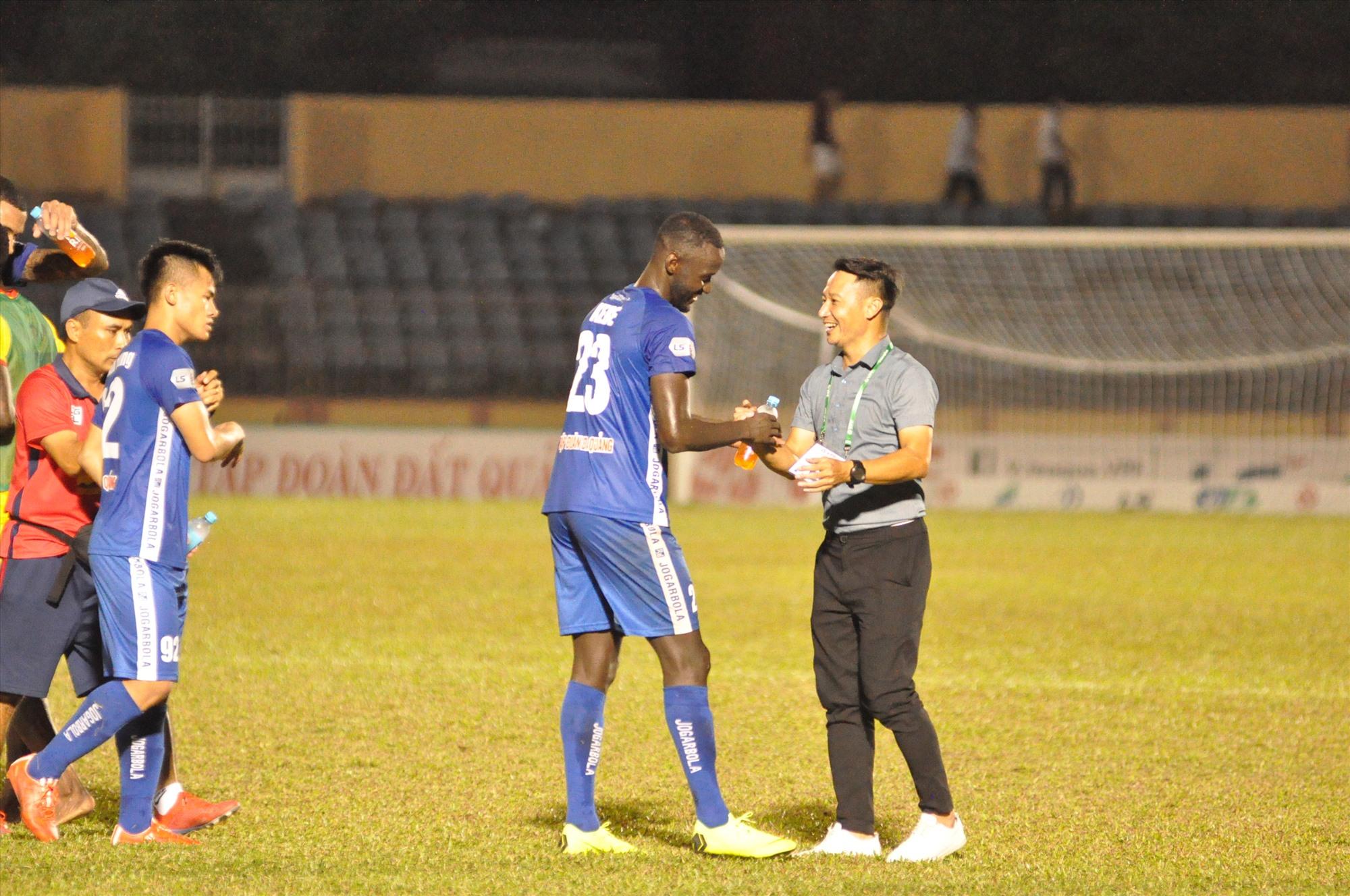 Nụ cười hiếm hoi của HLV Vũ Hồng Việt ở mùa giải năm nay sau chiến thắng Thanh Hóa ở vòng 3 V-League. Ảnh: T.V