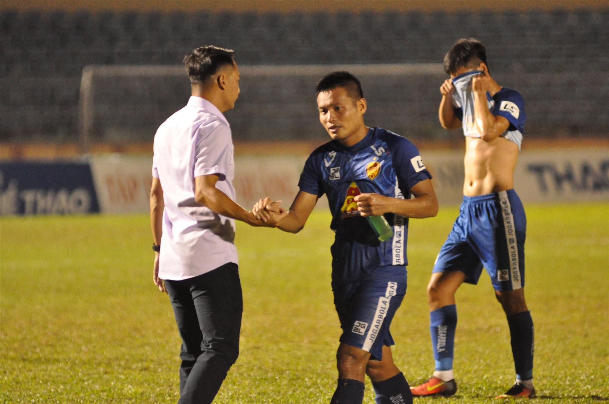 Sau khi trận đấu với Viettel kết thúc, HLV Vũ Hồng Việt ra tận sân bắt tay động viên các học trò...Ảnh: T.V