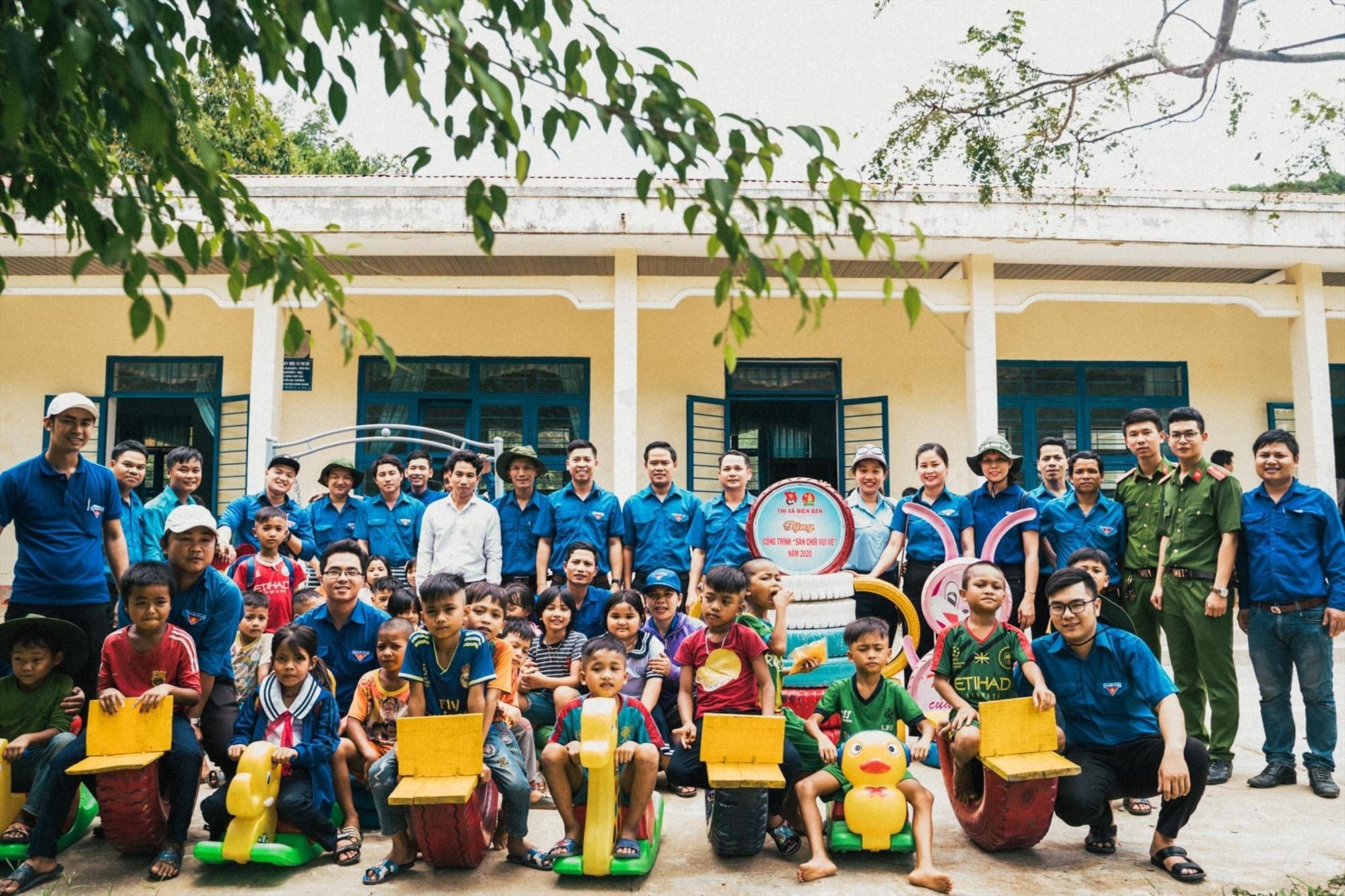 Đoàn tình nguyện tặng khu vui chơi cho học sinh điểm trường Adinh, Trường Tiểu học Prao. Ảnh: THÀNH NHÂN