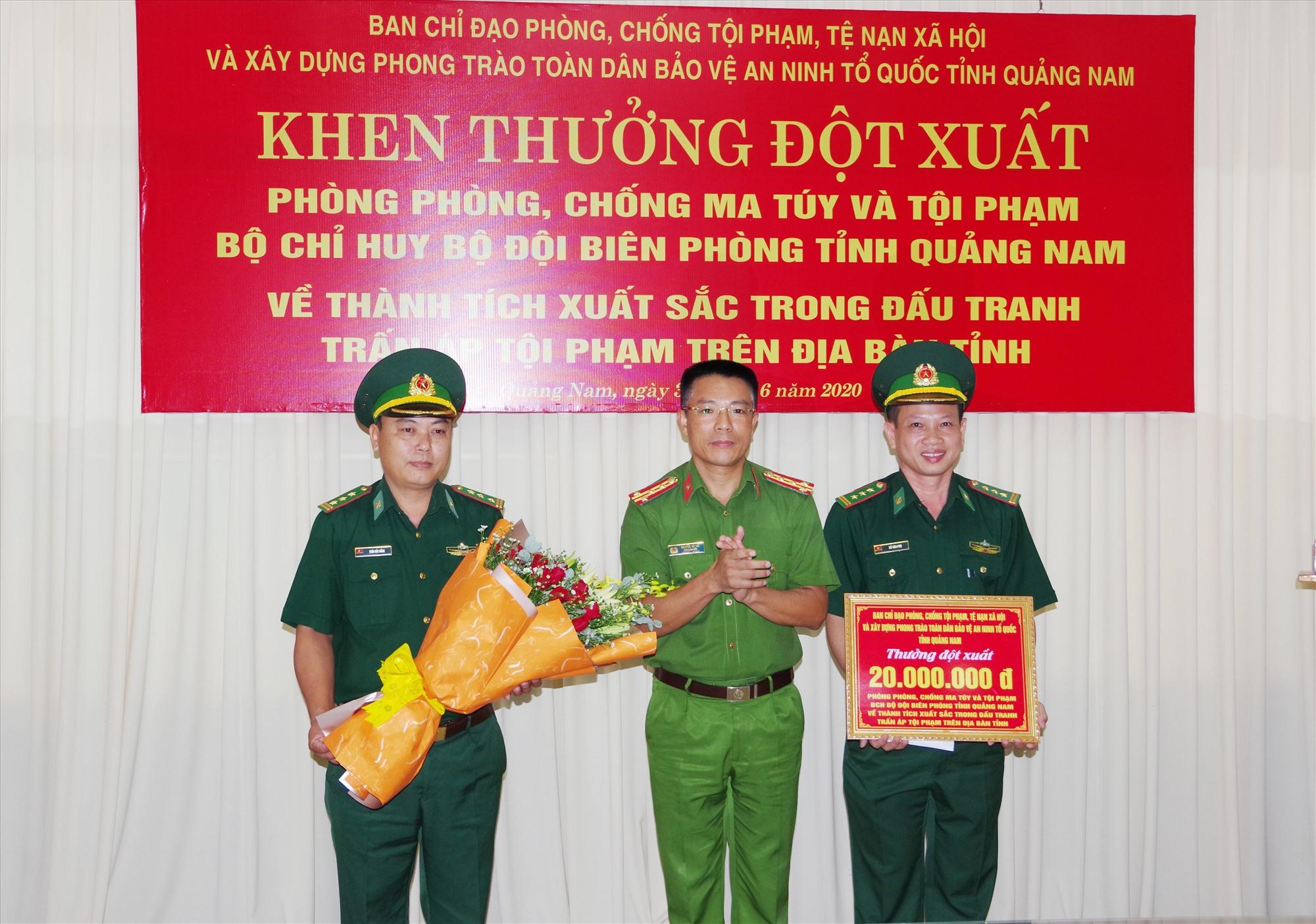Đại tá Nguyễn Hà Lai, Phó Giám đốc Công an tỉnh, Phó trưởng Ban chỉ đạo 138 tỉnh khen thưởng Phòng  phòng, chống ma túy và tội phạm BĐBP tỉnh. Ảnh: HỒNG ANH