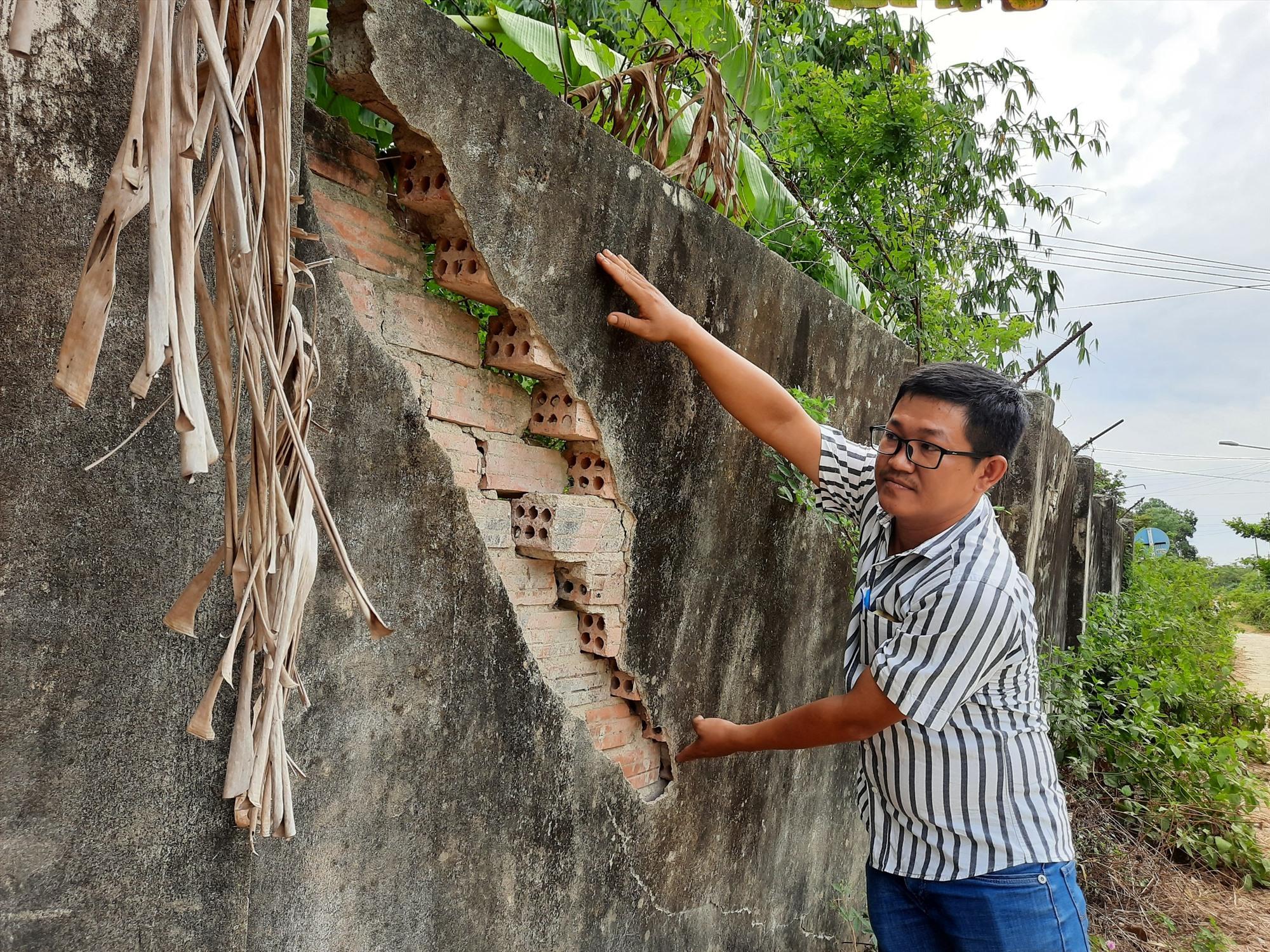Tường rào trang trại xuống cấp có nguy cơ gây ra tai nạn cho người dân đi đường. Ảnh: Đ. Q
