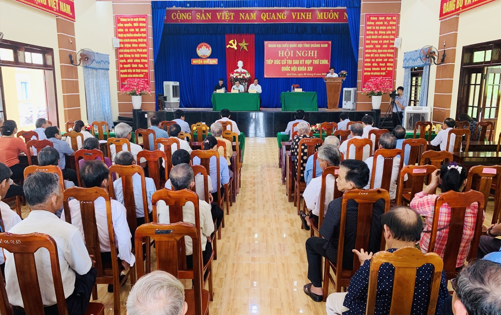 Quang cảnh hội nghị tiếp xúc cử tri tại Quế Sơn. Ảnh: PHAN VINH