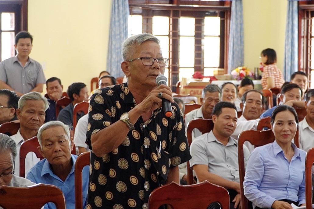 Cử tri huyện Quế Sơn phát biểu tại hội nghị. Ảnh: PHAN VINH
