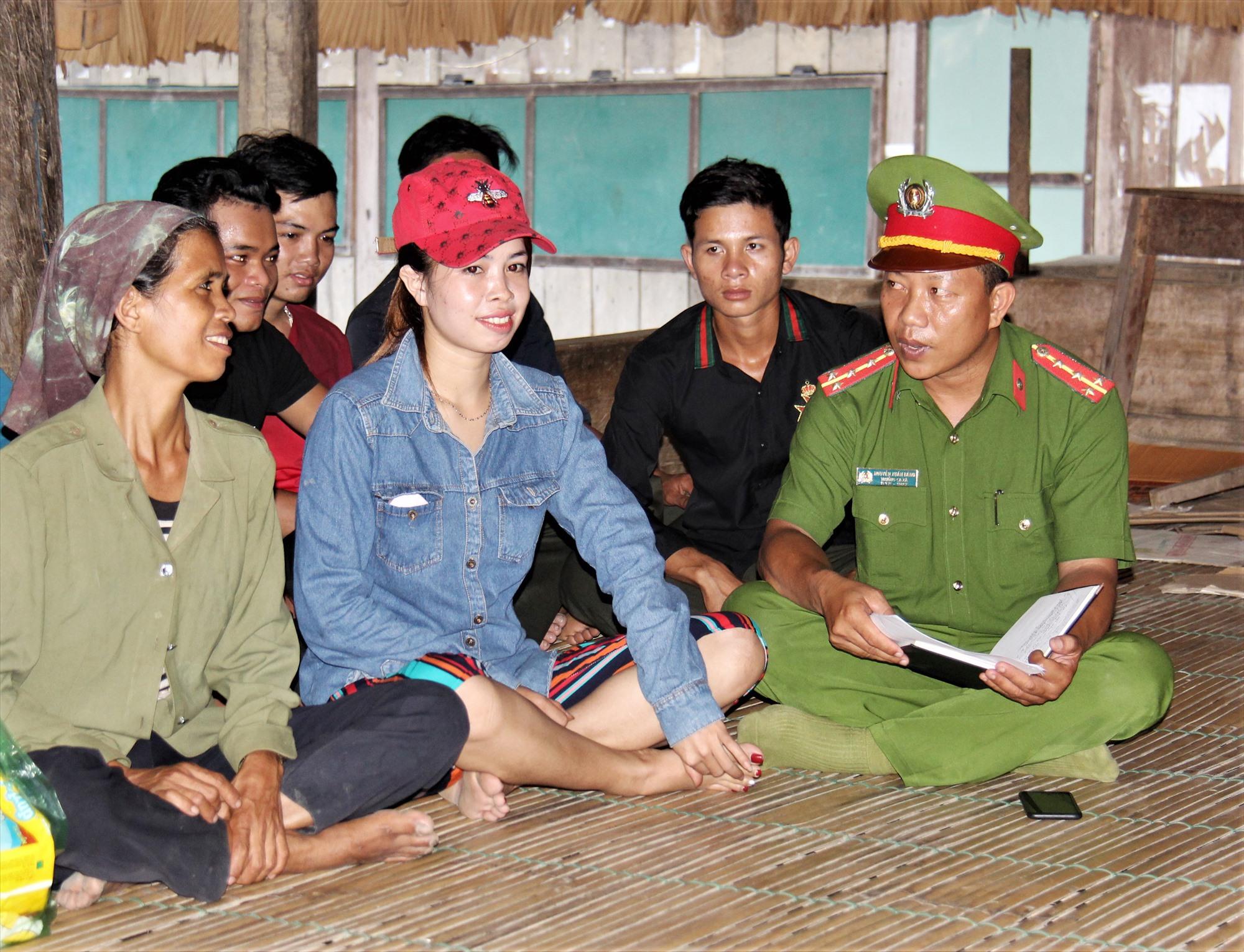 Đại úy Nguyễn Xuân Bằng - Trưởng Công an xã Chà Vàl (huyện Nam Giang) tuyên truyền pháp luật cho người dân thôn A Bát. Ảnh: HOÀI AN